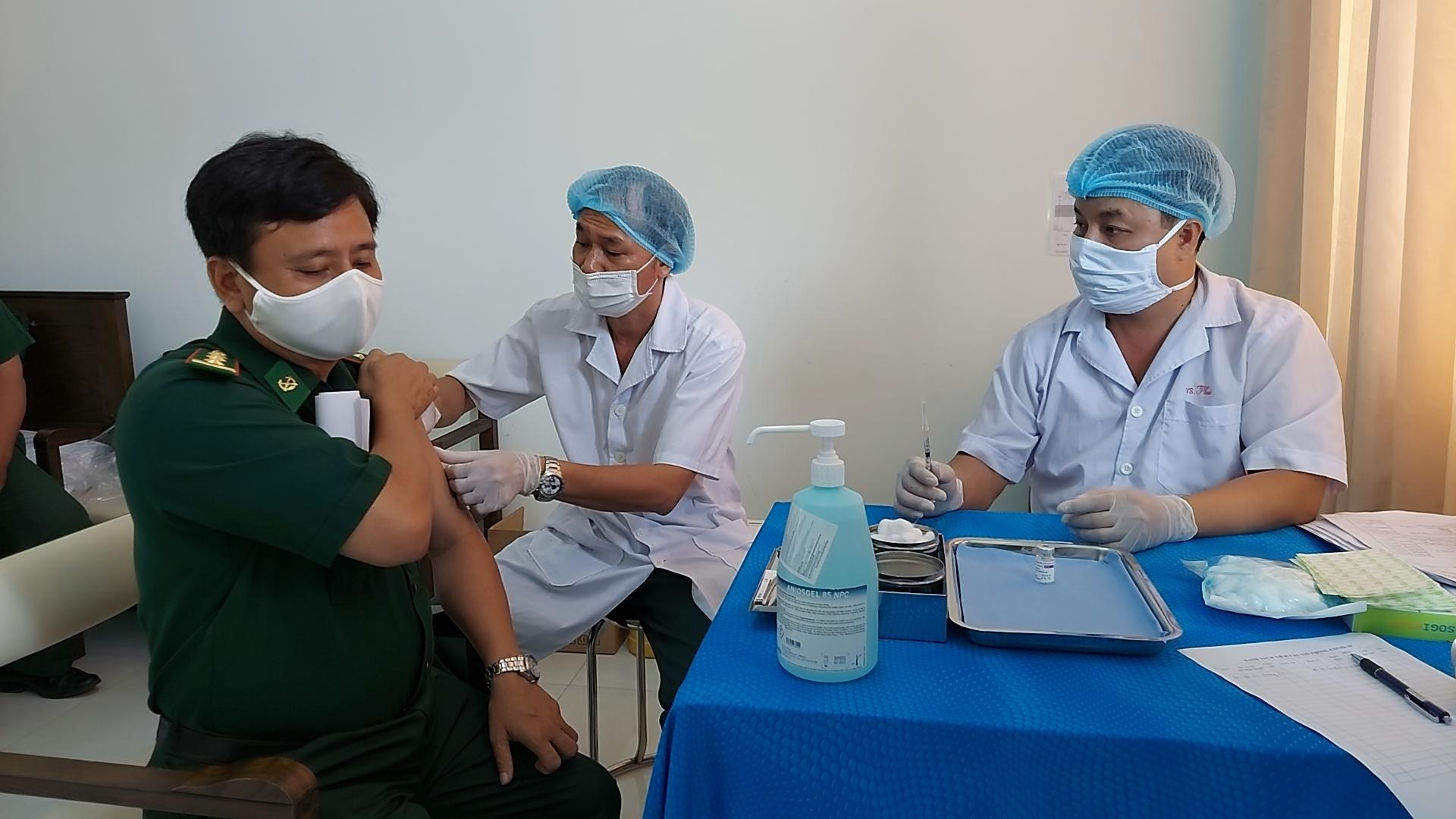 Các bác sĩ chuyên khoa tiến hành tiêm vaccine cho cán bộ Biên phòng Kiên Giang