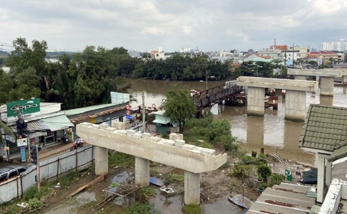Cầu Long Kiểng mới chỉ làm được 7 trụ rồi ngưng thi công đến nay vì vướng mặt bằng