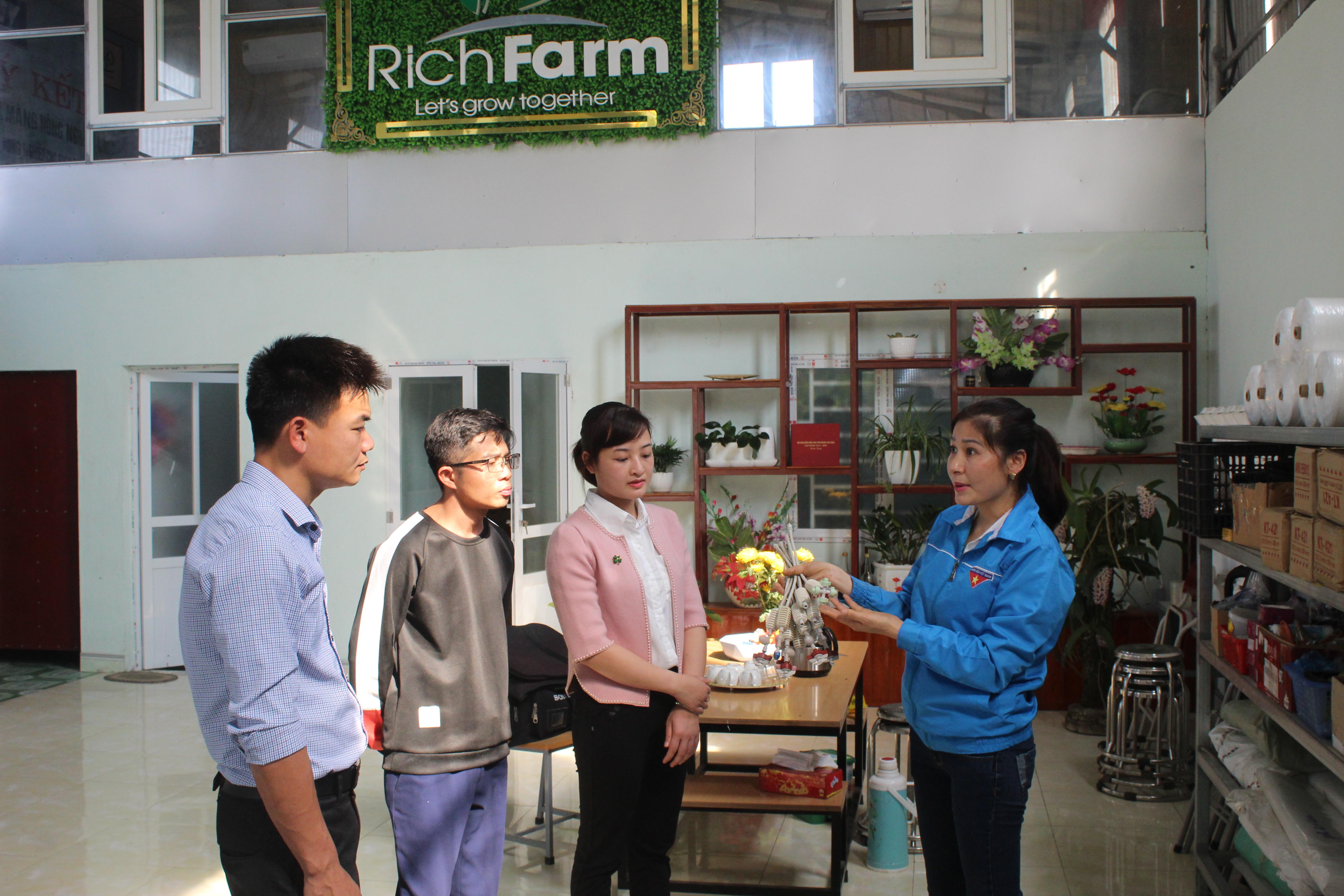 """Chị Lê Thị Vân (áo xanh), huyện Thọ Xuân đã tạo nên một """"đế chế"""" nông nghiệp sạch mang lại hiệu quả kinh tế cao ngay tại quê nhà"""