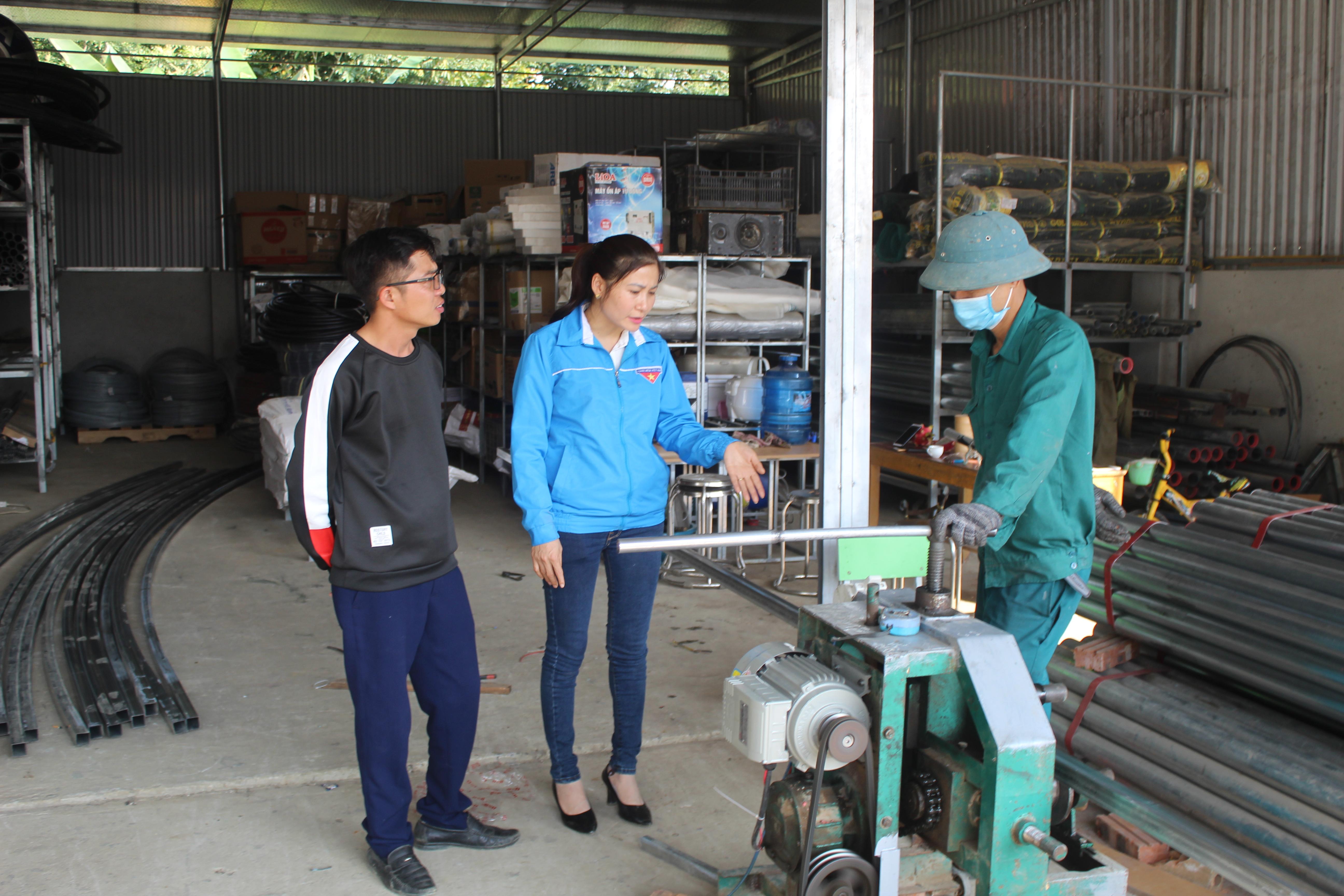Chị Lê Thị Vân xây dựng thành công mô hình chuyển giao kỹ thuật, cung cấp thiết bị nông nghiệp công nghệ cao với thu nhập đạt 1,2 tỷ đồng/năm.