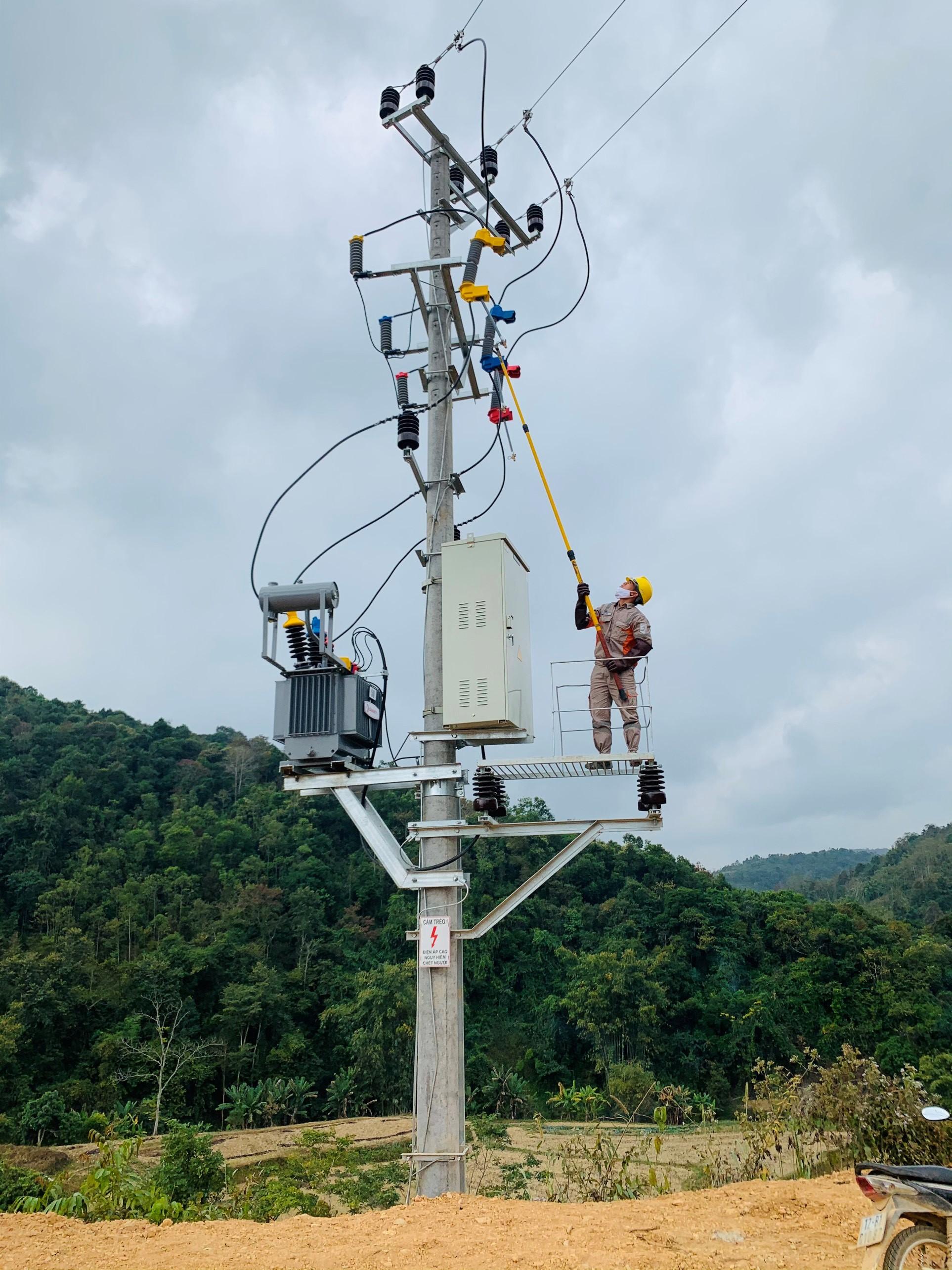 Công nhân ngành điện đóng tiện ở thôn bản Mù (ảnh tư liệu)