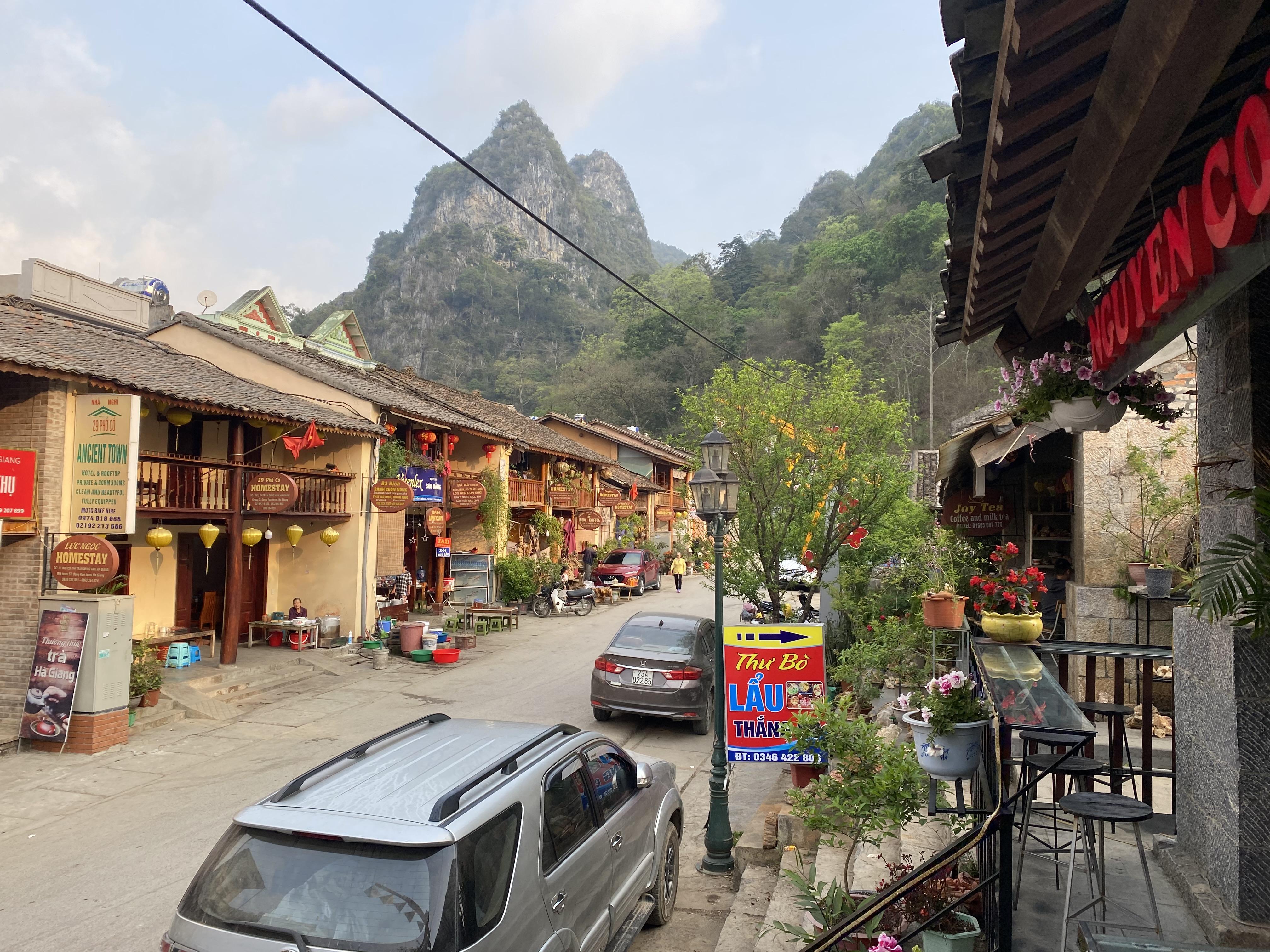 Nhiều quán cà phê wifi, quán ăn mọc lên trên kín khu phố