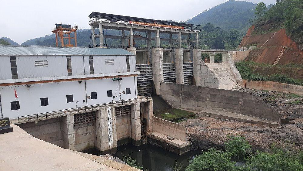 Các van xả của nhà máy thủy điện Khánh Khê đóng kín, nước chỉ chảy nhỏ giọt.
