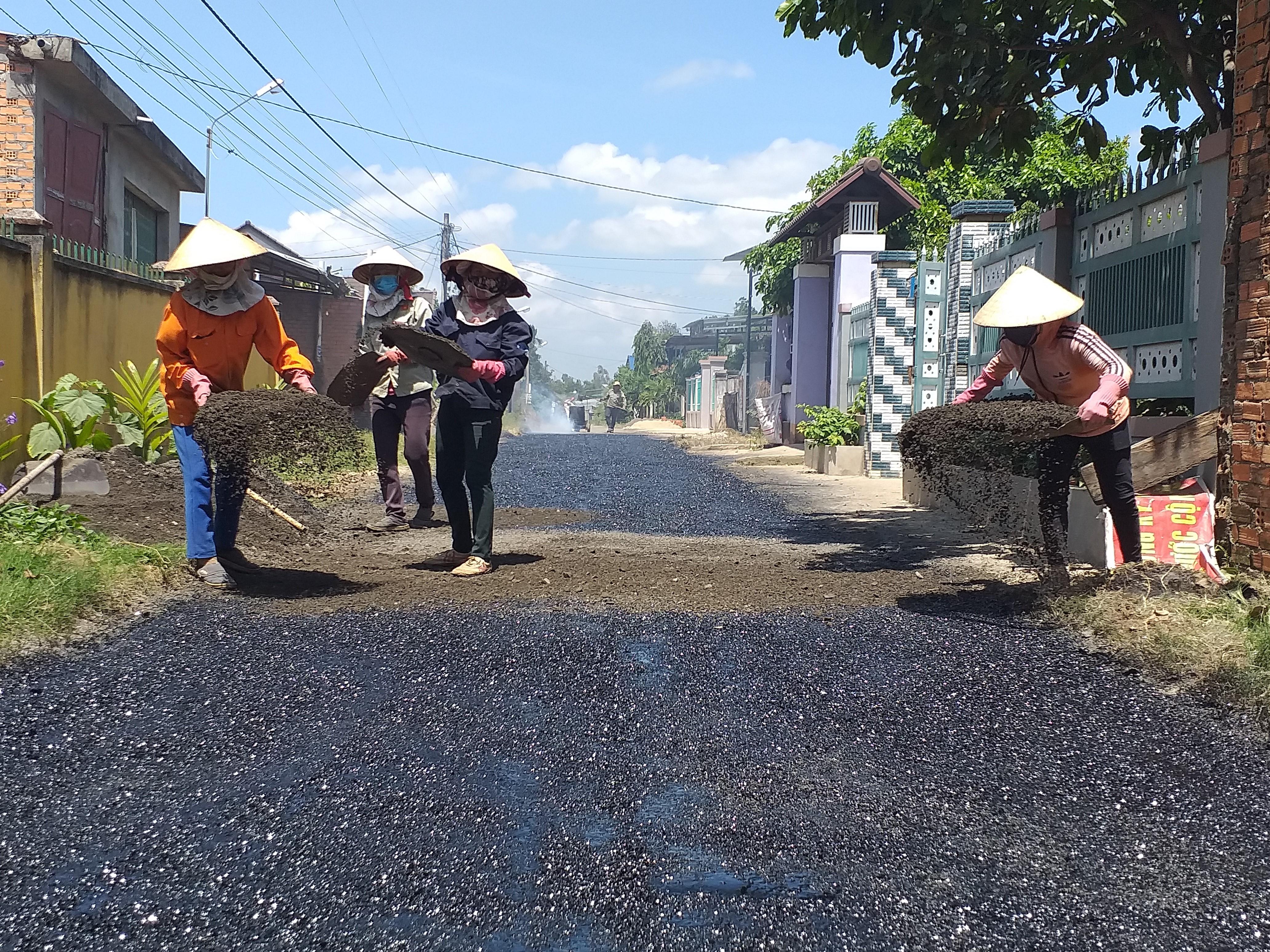 Đồng bào các dân tộc huyện Krông Bông đồng lòng, góp công sức, tiền của xây dựng nông thôn mới