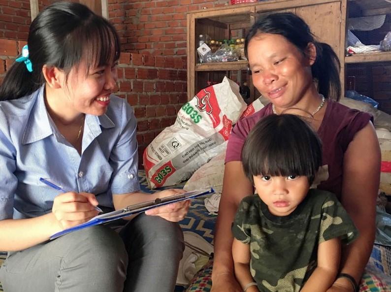 Chị Phạm Thị Tiền (bên trái), một trong những trí thức trẻ của Đề án 500 ở Quảng Ngãi thể hiện rất tốt vai trò của mình tại cơ sở, tuy nhiên hiện chưa biết tương lai công việc đi về đâu