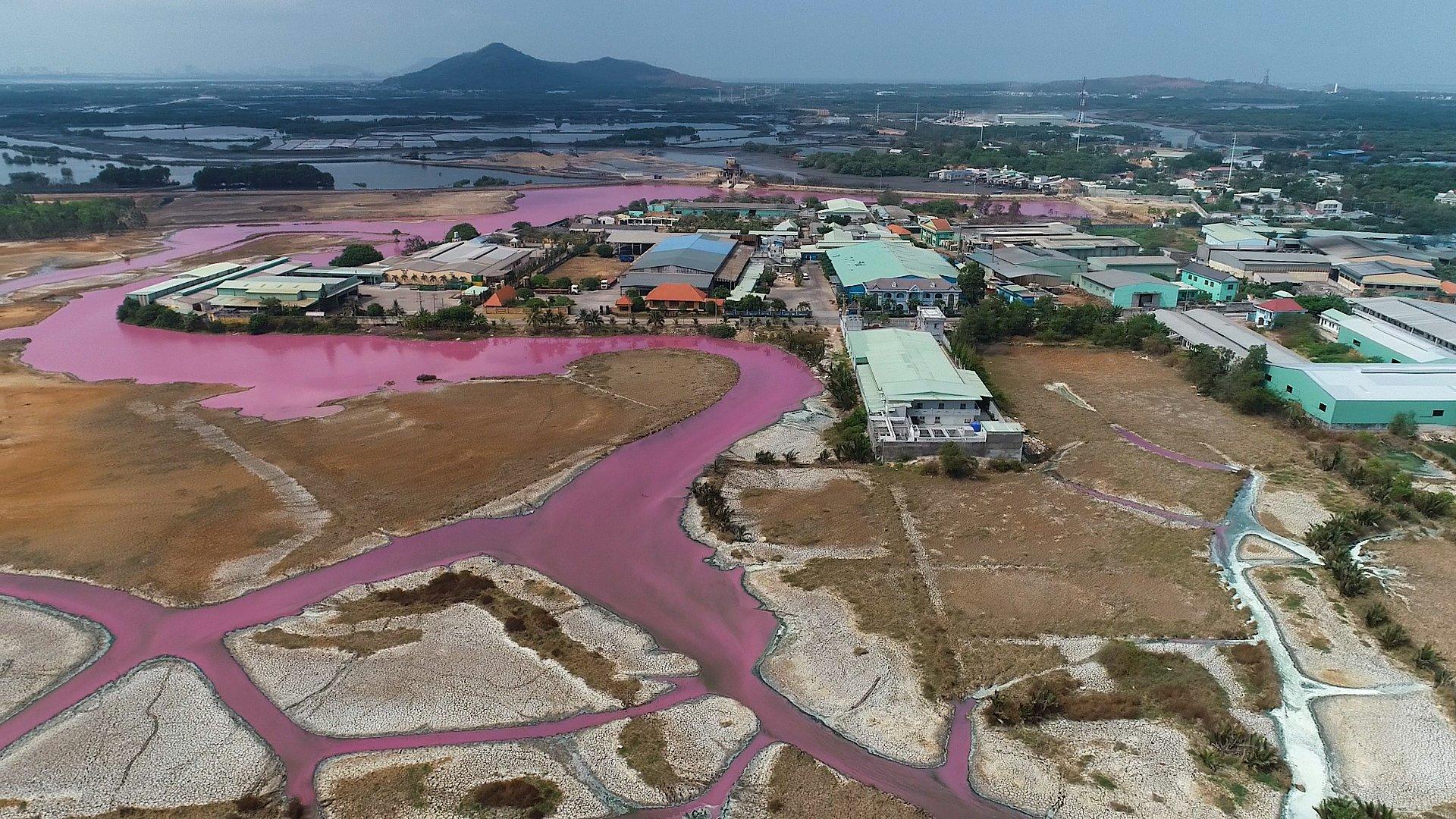 Tổng thể quang cảnh đầm chứa nước thải nhìn từ trên cao với sự đổi màu kỳ lạ