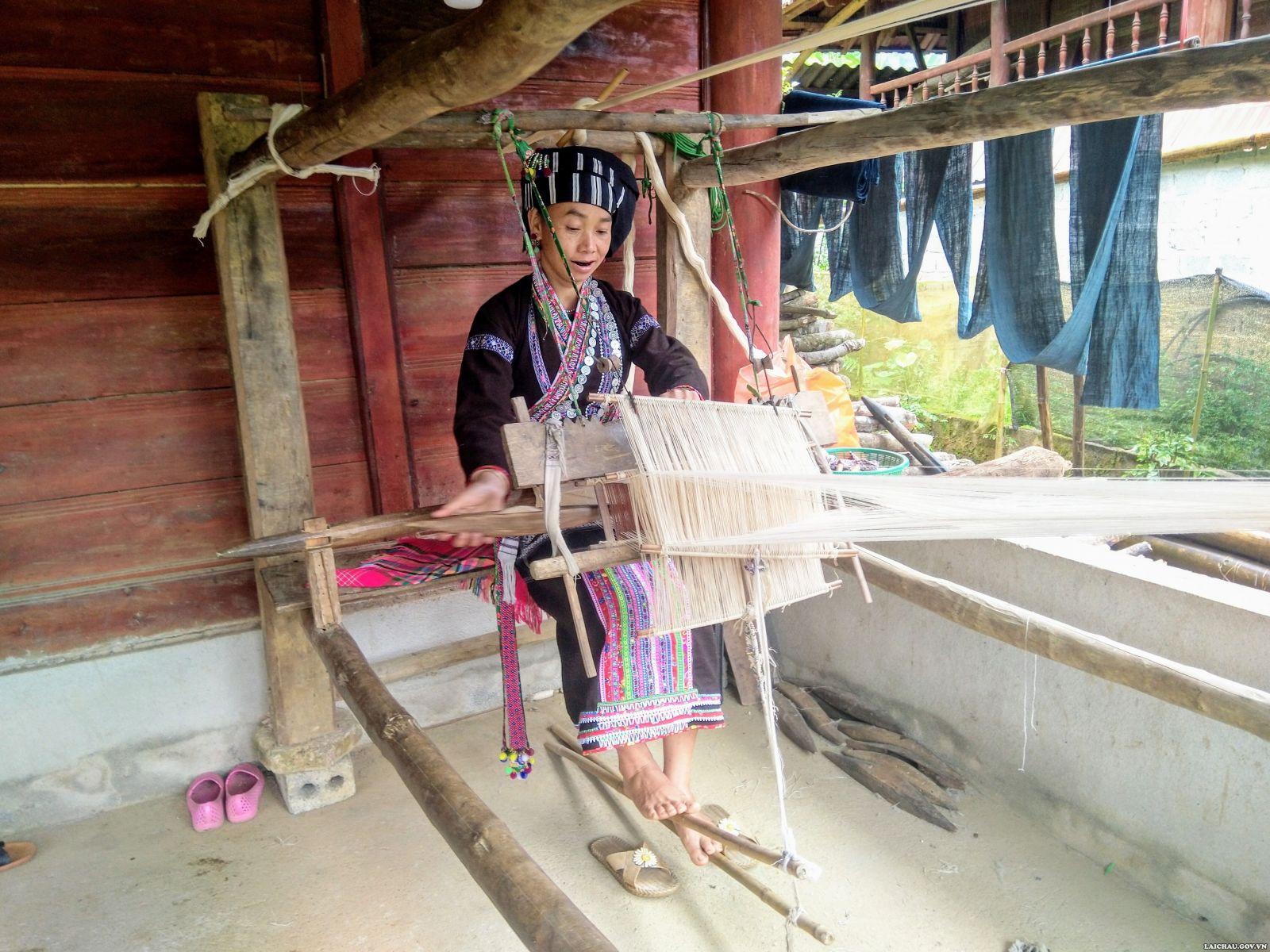 Nghề dệt thổ cẩm đang giúp cho chị em phụ nữ ở xã Bản Hon, huyện Tam Đường, tỉnh Lai Châu có thêm thu nhập ổn định cuộc sống (Ảnh tư liệu)