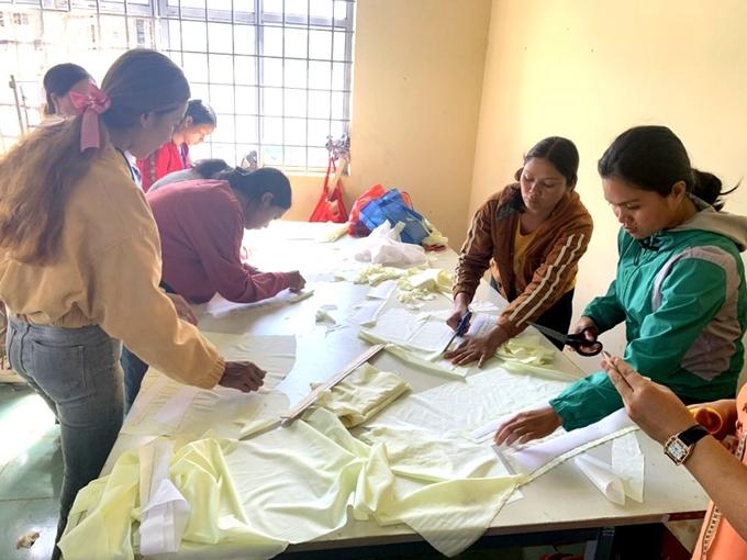 Lớp dạy cắt may cho nữ thanh niên được các Trung tâm và cơ sở dạy nghề của tỉnh Đăk Lăk tổ chức.