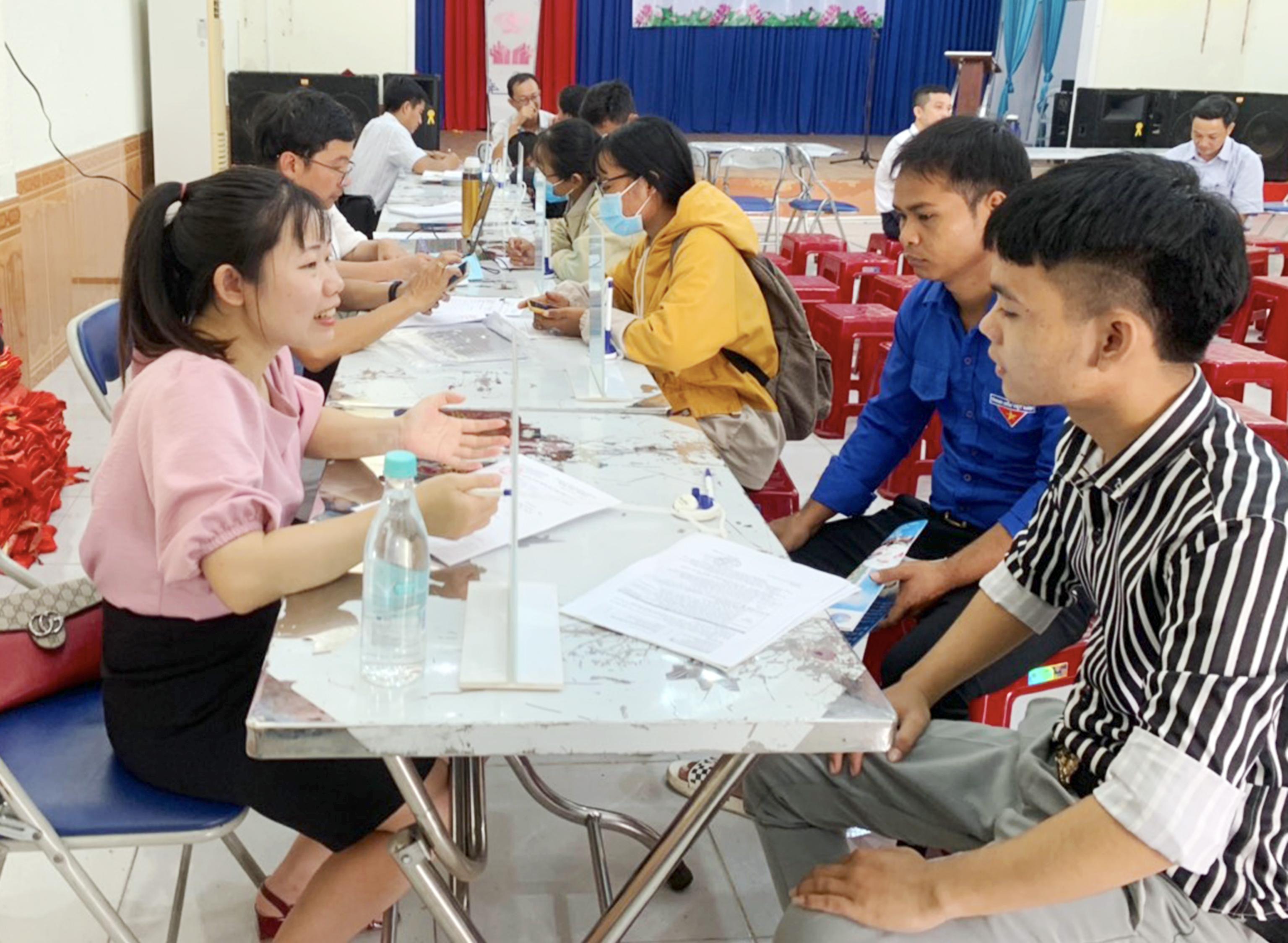 Người lao động đến phỏng vấn tại phiên giao dịch việc làm lưu động tổ chức ở thị trấn Phú Túc (huyện Krông Pa). Ảnh: Vũ Chi