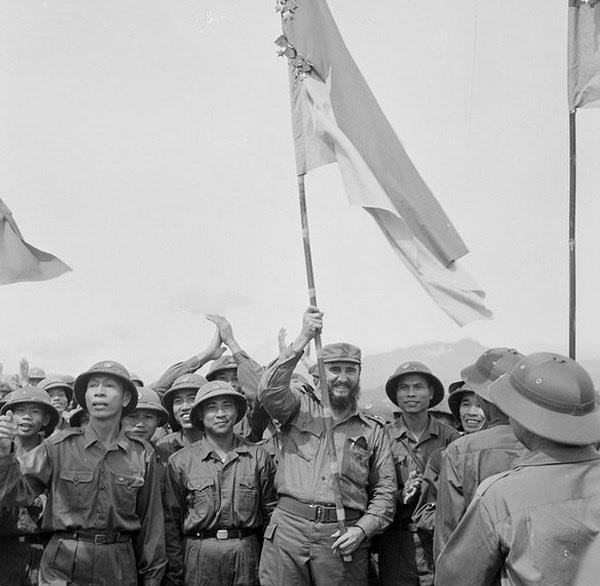 Lãnh tụ Cuba Fidel Castro phất cao Quân kì bách chiến bách thắng của Đoàn Khe Sanh, Quân giải phòng Trị Thiên-Huế (Ảnh tư liệu)