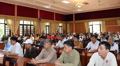 Đảng viên thuộc Đảng bộ xã Tân Tiến nghe báo cáo viên truyền đạt nội dung Nghị quyết Đại hội XIII của Đảng.