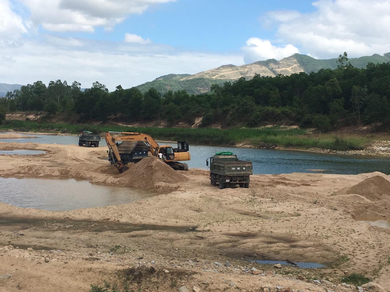Ồ ạt khai thác cát trên sông Hà Thanh,đoạn qua xã Canh Vinh, huyện Vân canh