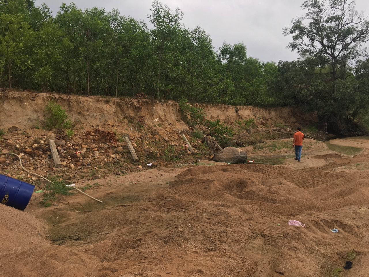 Nhiều đoạn bờ sông gần mỏ cát bị sạt lở nghiêm trọng