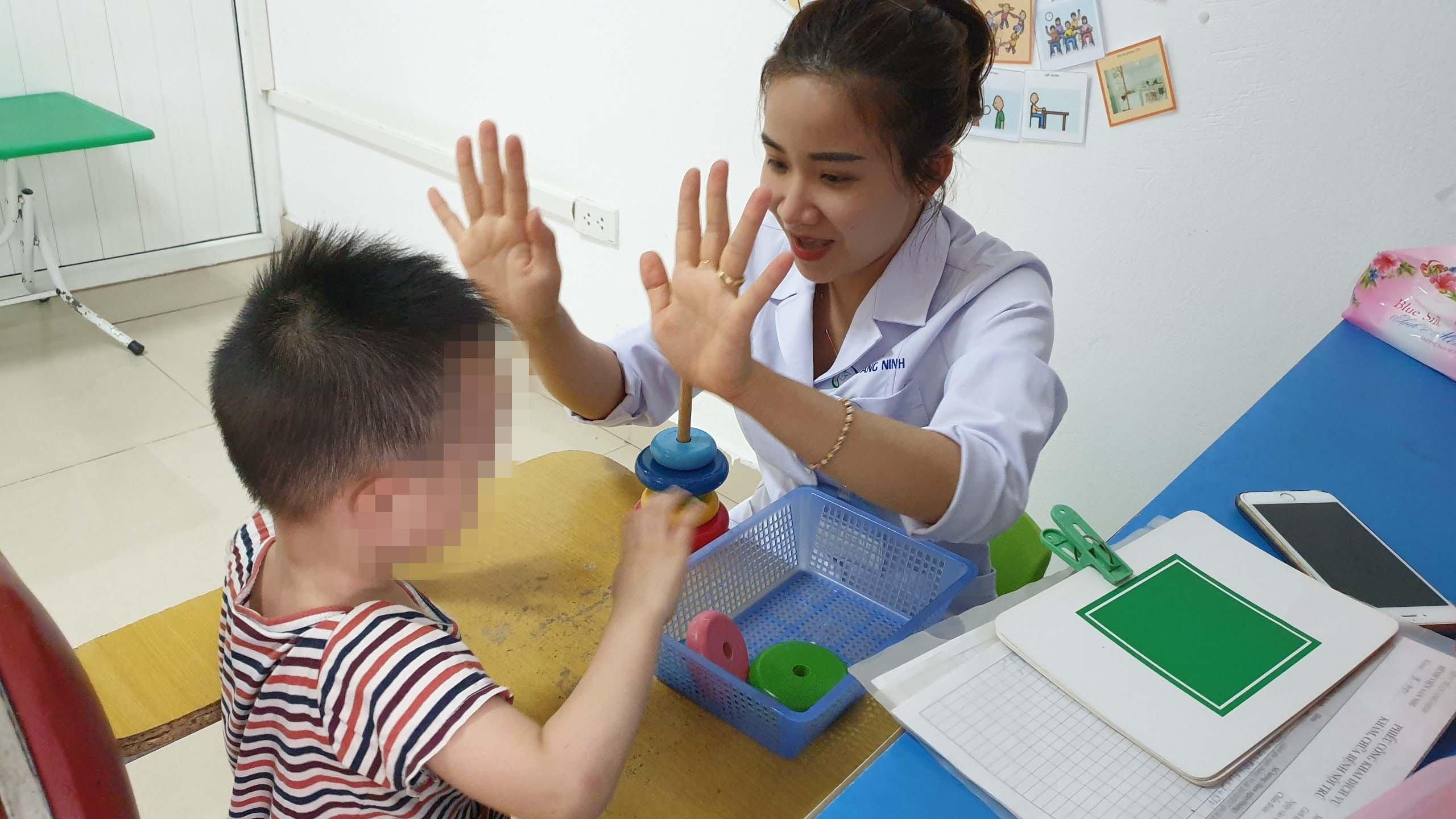 Điều dưỡng Đoàn Thị Thu Trang đang dạy bệnh nhi tự kỷ học giao tiếp