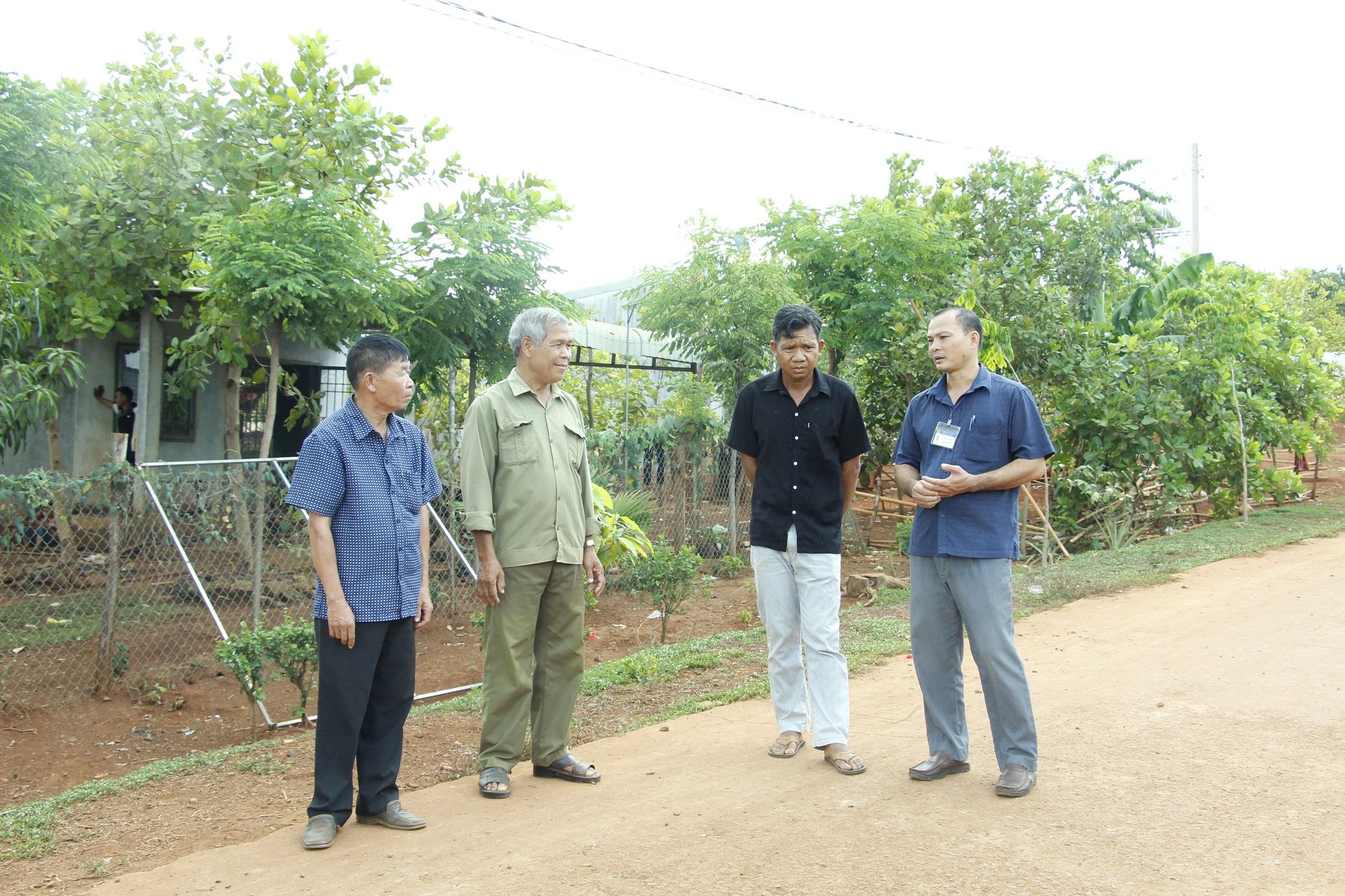 Ông Trần Đại Lợi (đầu tiên bên phải), Phó chủ tịch xã Phú Nghĩa trao đổi với cán bộ thôn Hai Căn
