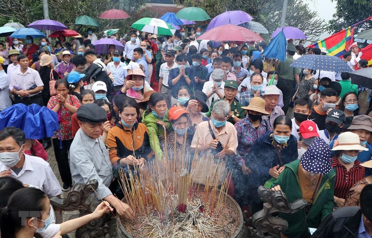 Người dân thành kính thắp nhang tri ân công đức ngày giỗ Tổ Hùng Vương. Ảnh: Trung Kiên/TTXVN