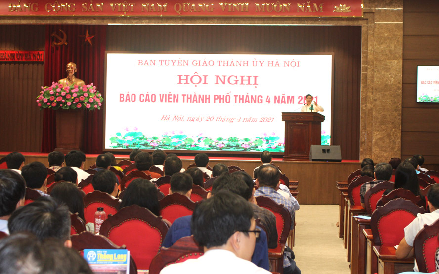 Phó Trưởng ban Thường trực Ban Tuyên giáo Thành ủy Hà Nội, Phạm Thanh Học báo cáo tóm tắt về Nghị quyết 34 của Thành ủy về Chiến lược bảo vệ an ninh quốc gia trên địa bàn Thủ đô Hà Nội.