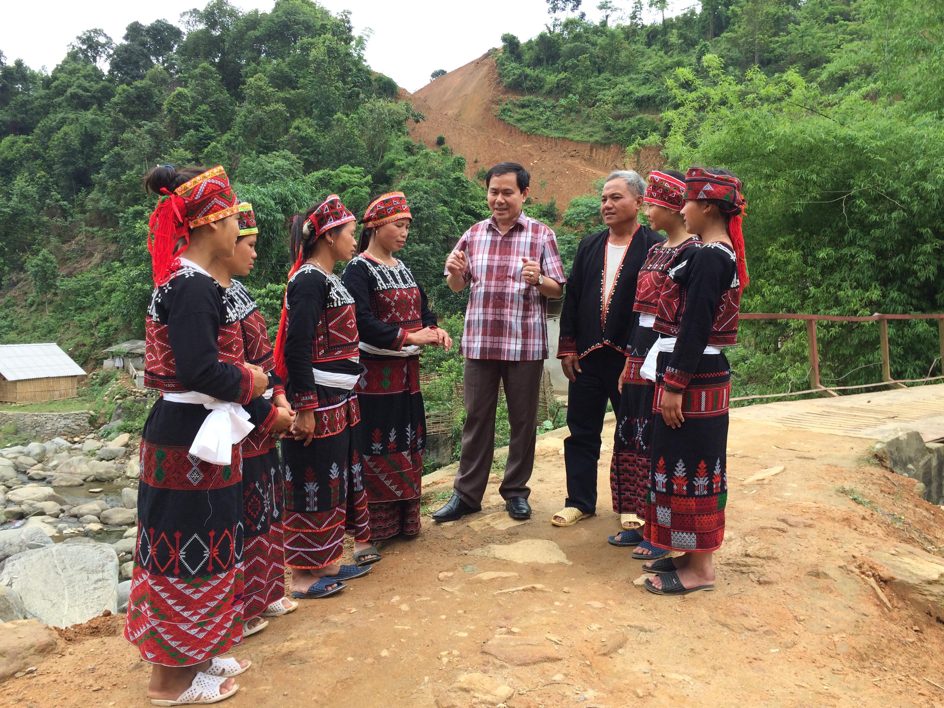 Trưởng ban Dân tộc tỉnh Lào Cai Nông Đức Ngọc với bà con Nhân dân xã Hợp Thành, thành phố Lào Cai