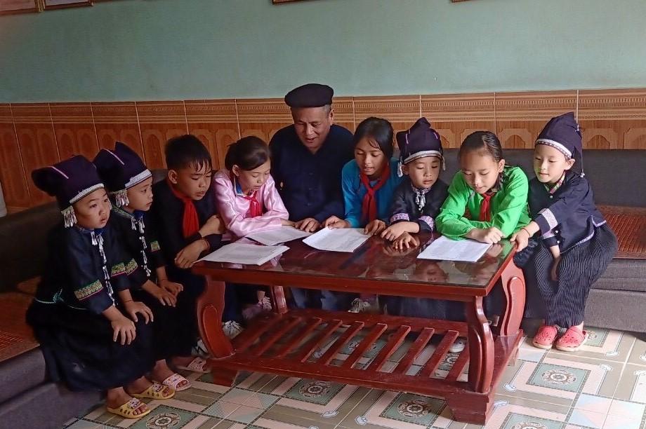 Ông Hòa dạy các cháu thiếu niên, nhi đồng học dân ca Nùng Dín