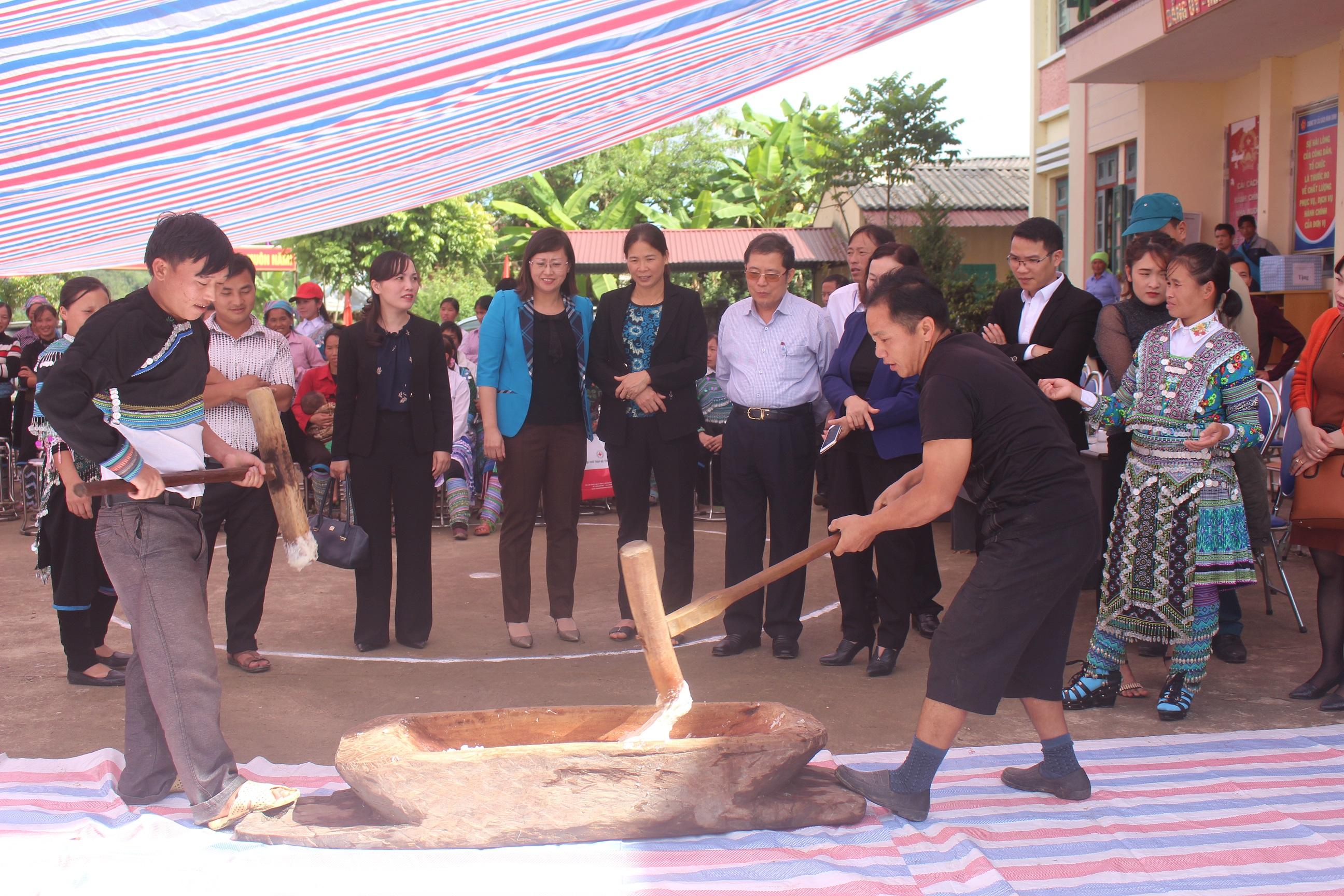 Bà Giàng Thị Dung (áo khoác xanh) dự Ngày hội đại đoàn kết toàn dân tại huyện Bát Xát