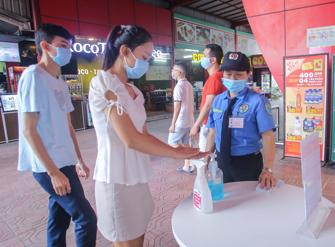 Người dân chấp hành nghiêm túc quy định đeo khẩu trang và sát khuẩn nơi công cộng