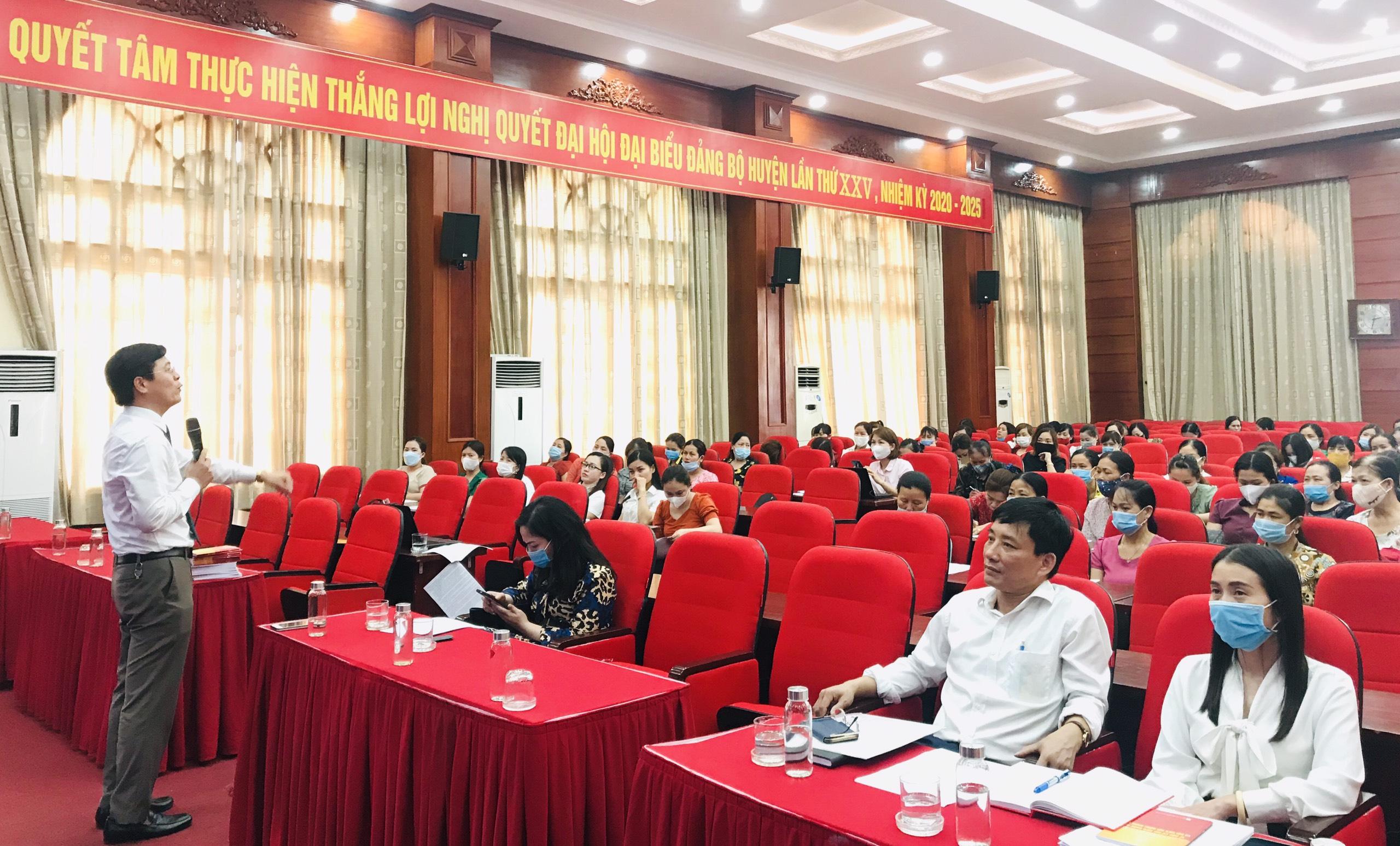 Thạc sĩ, Luật sư Nguyễn Văn Hà, Phó Chủ nhiệm Đoàn luật sư TP. Hà Nội phổ biến Luật Bầu cử tại Hội nghị.