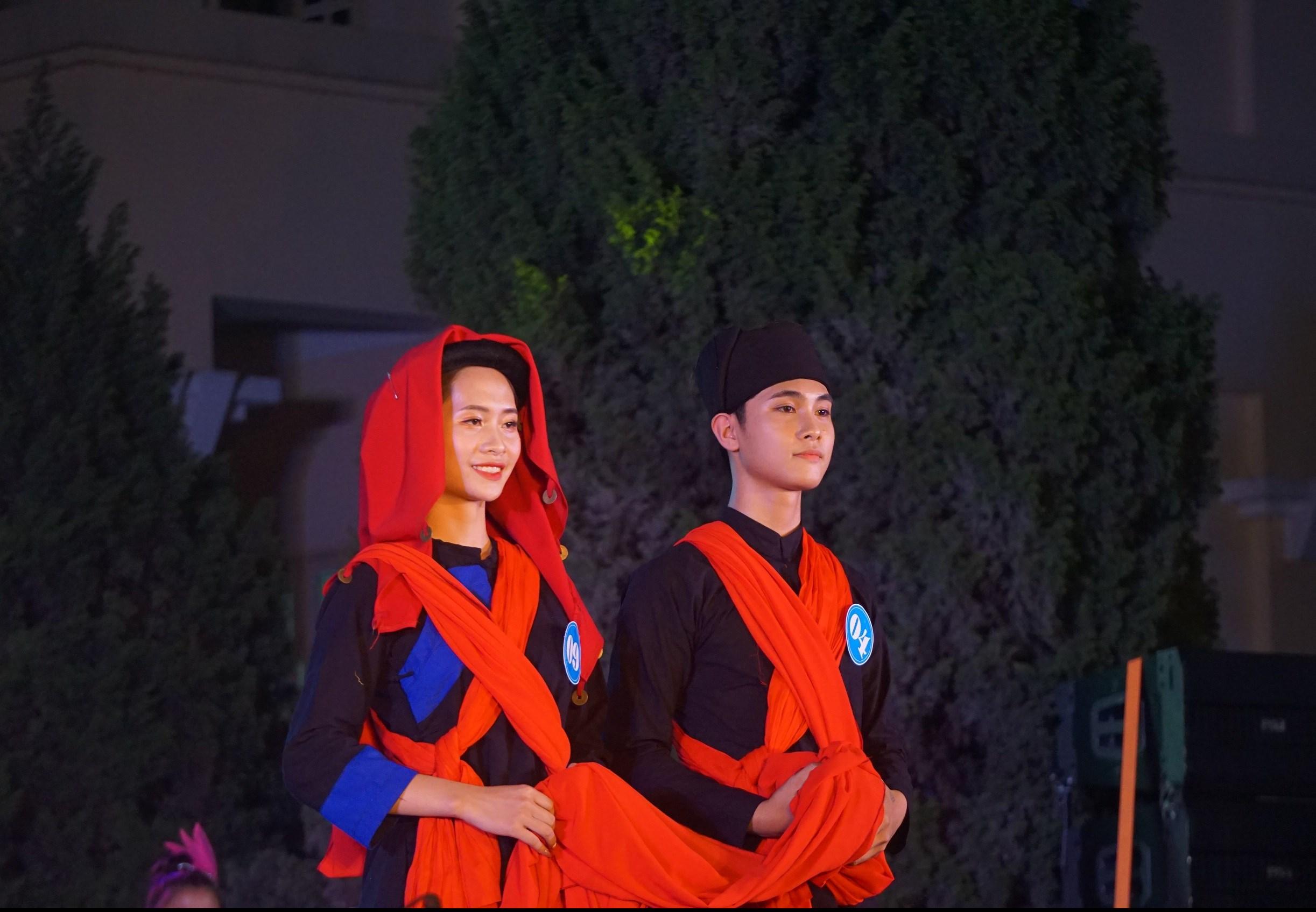 Vẻ đẹp trang phục các dân tộc thiểu số được các thí sinh trình diễn tại đêm thi