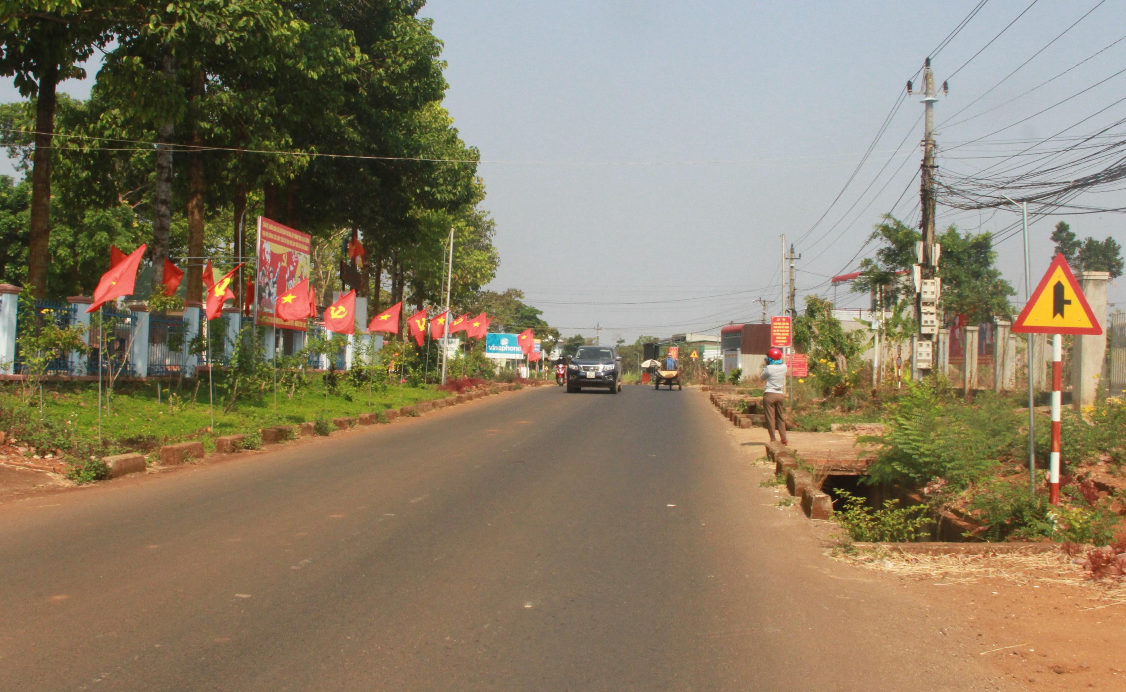 Con đường tại Đắk Lắk được trang hoàng cờ hoa, khẩu hiệu trước ngày bầu cử