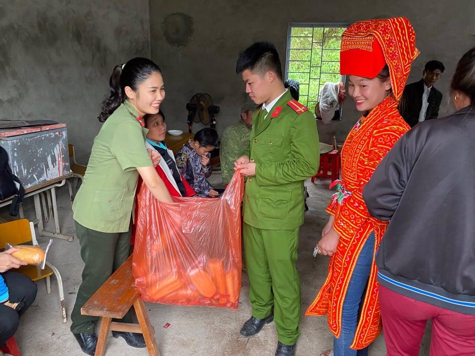 Lực lượng Công an còn chuẩn bị bánh mì và nước uống phát miễn phí cho bà con đến làm CCCD.