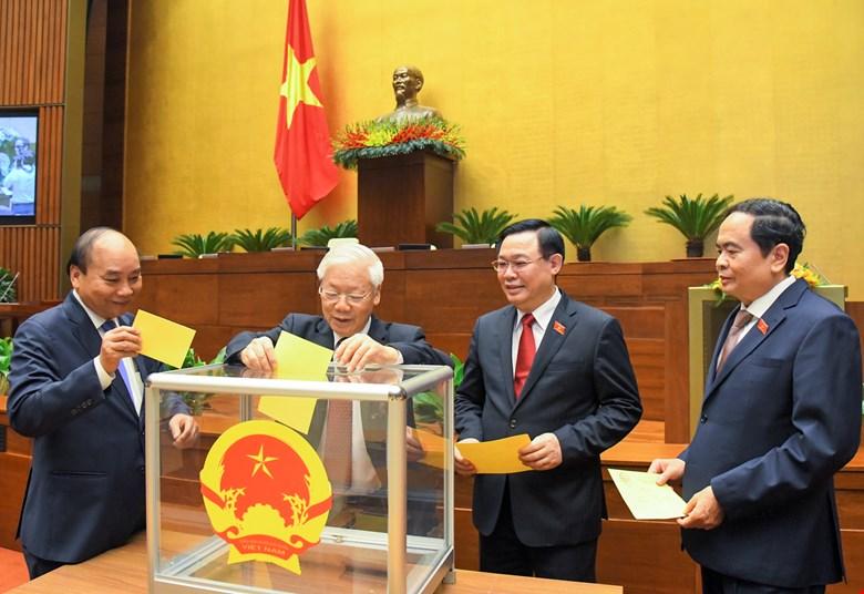 Các vị lãnh đạo Đảng, Nhà nước bỏ phiếu bầu Thủ tướng Chính phủ.