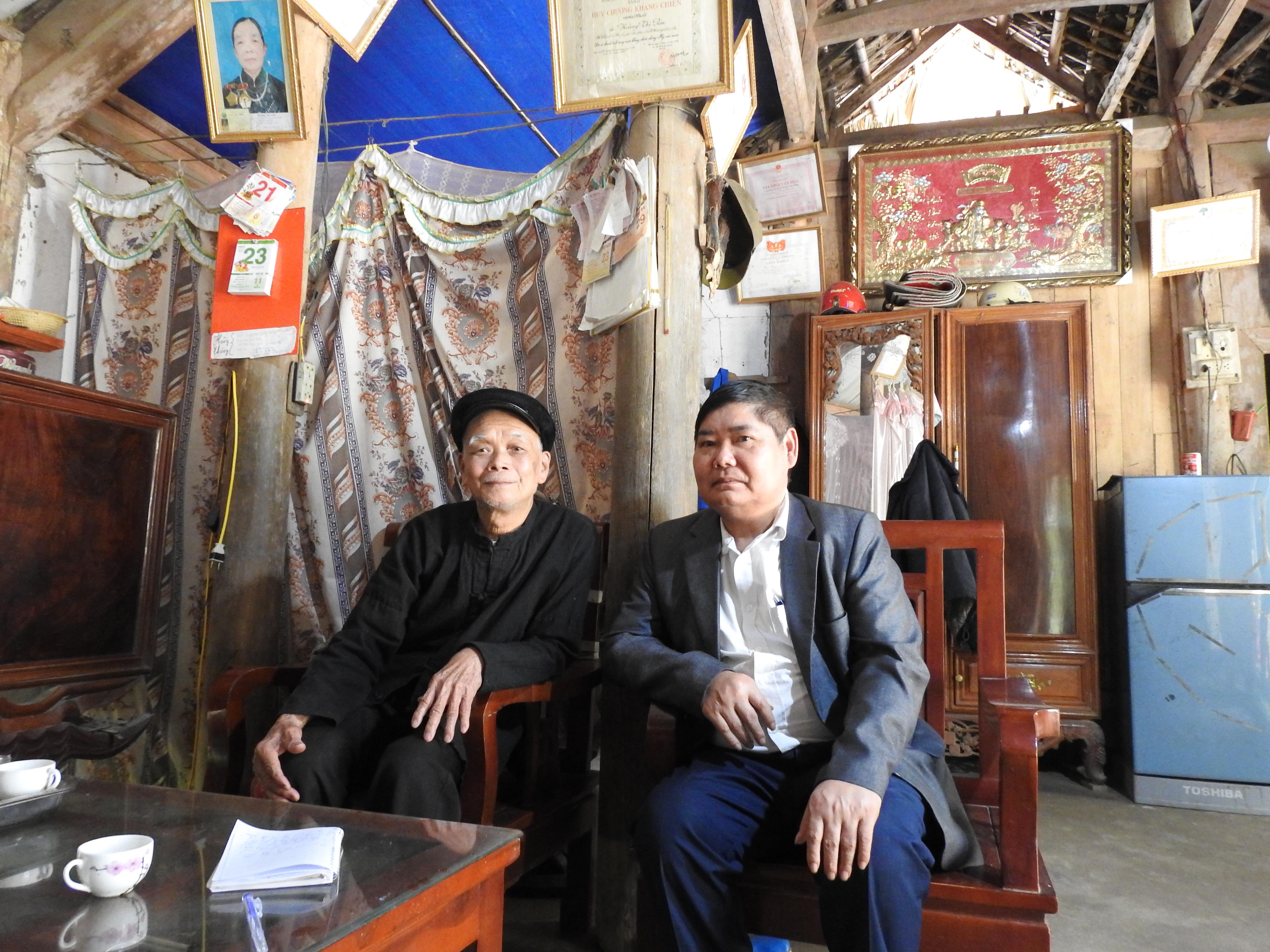 Ông Dương Quốc Đậu (bên trái) trò chuyện cùng ông Đặng Văn Lả, Bí thư Đảng ủy xã Châu Quế Thượng
