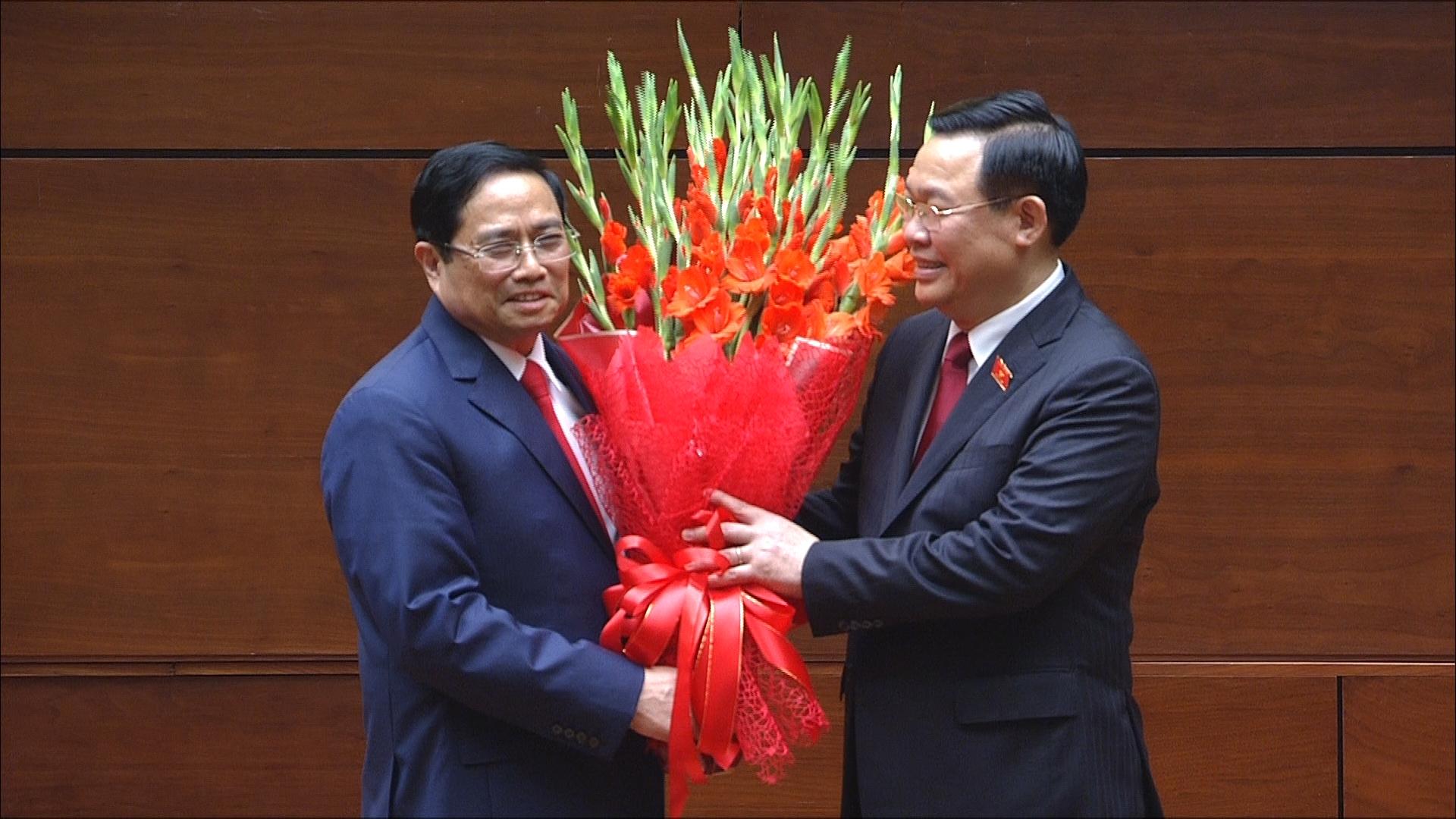 Chủ tịch Quốc hội Vương Đình Huệ tặng hoa chúc mừng Tân Thủ tướng Chính phủ Phạm Minh Chính.