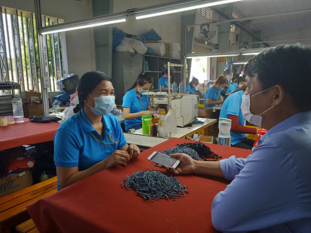 Chị Đào Thị Hà, người dân tộc Châu Ro, Công nhân của công ty Dong In Entech VN đã có thu nhập ổn định từ khi vào làm việc