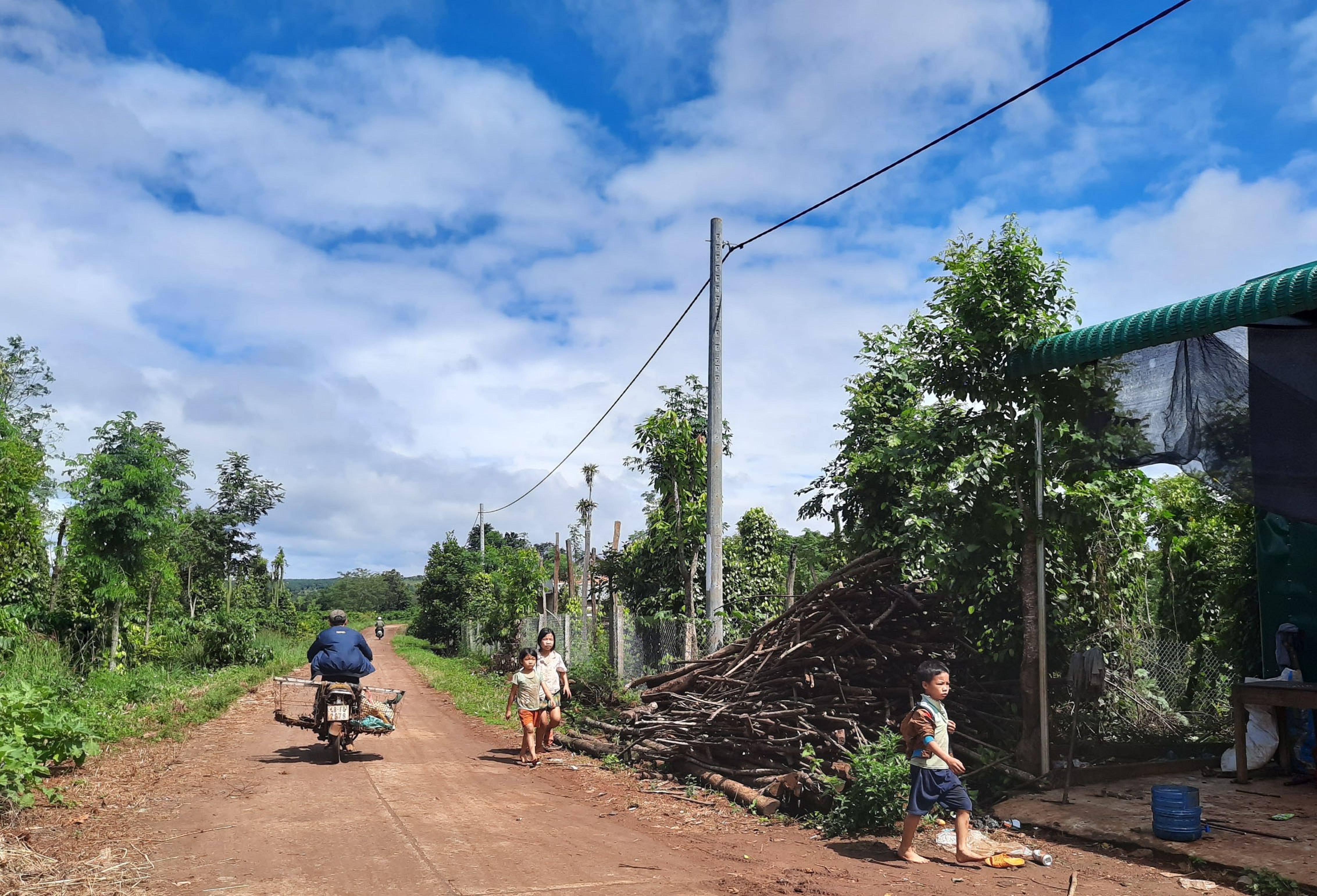 Điện lưới quốc gia đã về làng Dao