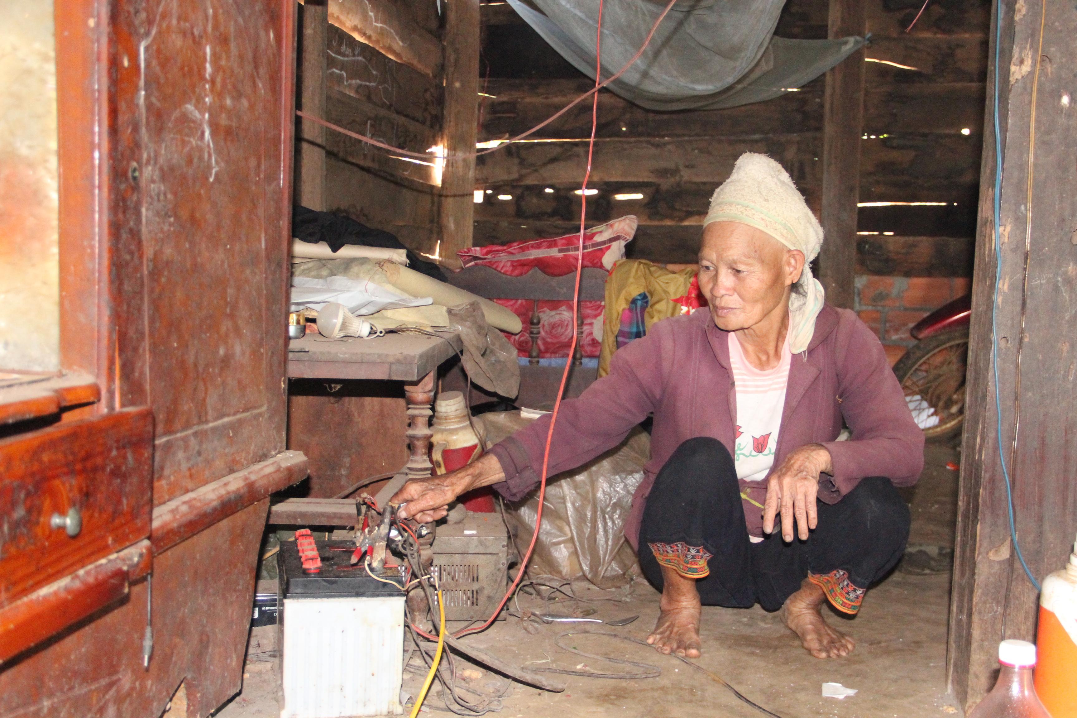 Trước đây, khi chưa có điện lưới, người dân phải dùnh bình ắc quy để thắp sáng
