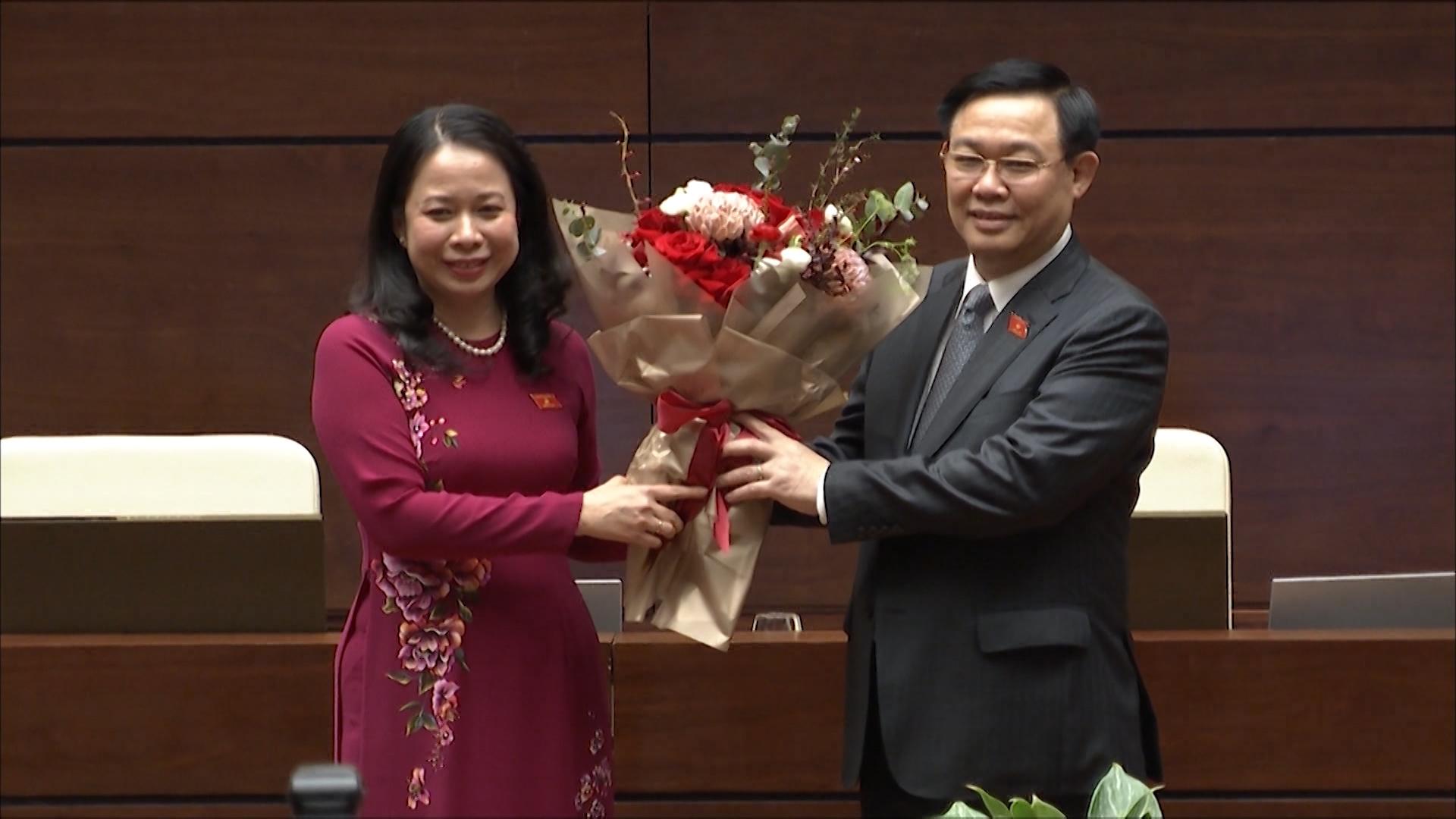 Chủ tịch Quốc hội Vương Đình Huệ tặng hoa chúc mừng tân Phó Chủ tịch nước Võ Thị Ánh Xuân