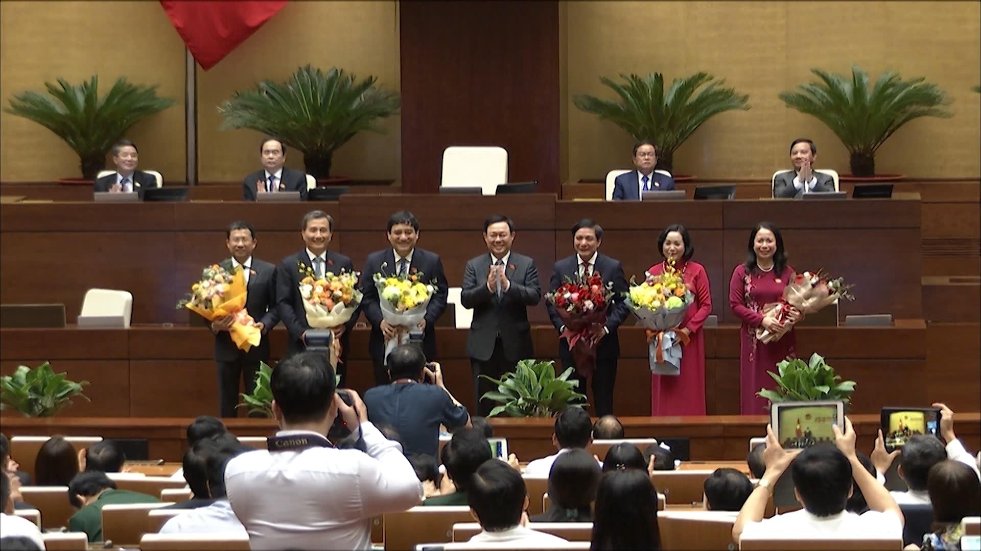 Chủ tịch Quốc hội Vương Đình Huệ tặng hoa chúc mừng tân Phó Chủ tịch nước và các Uỷ viên Ủy ban Thường vụ Quốc hội
