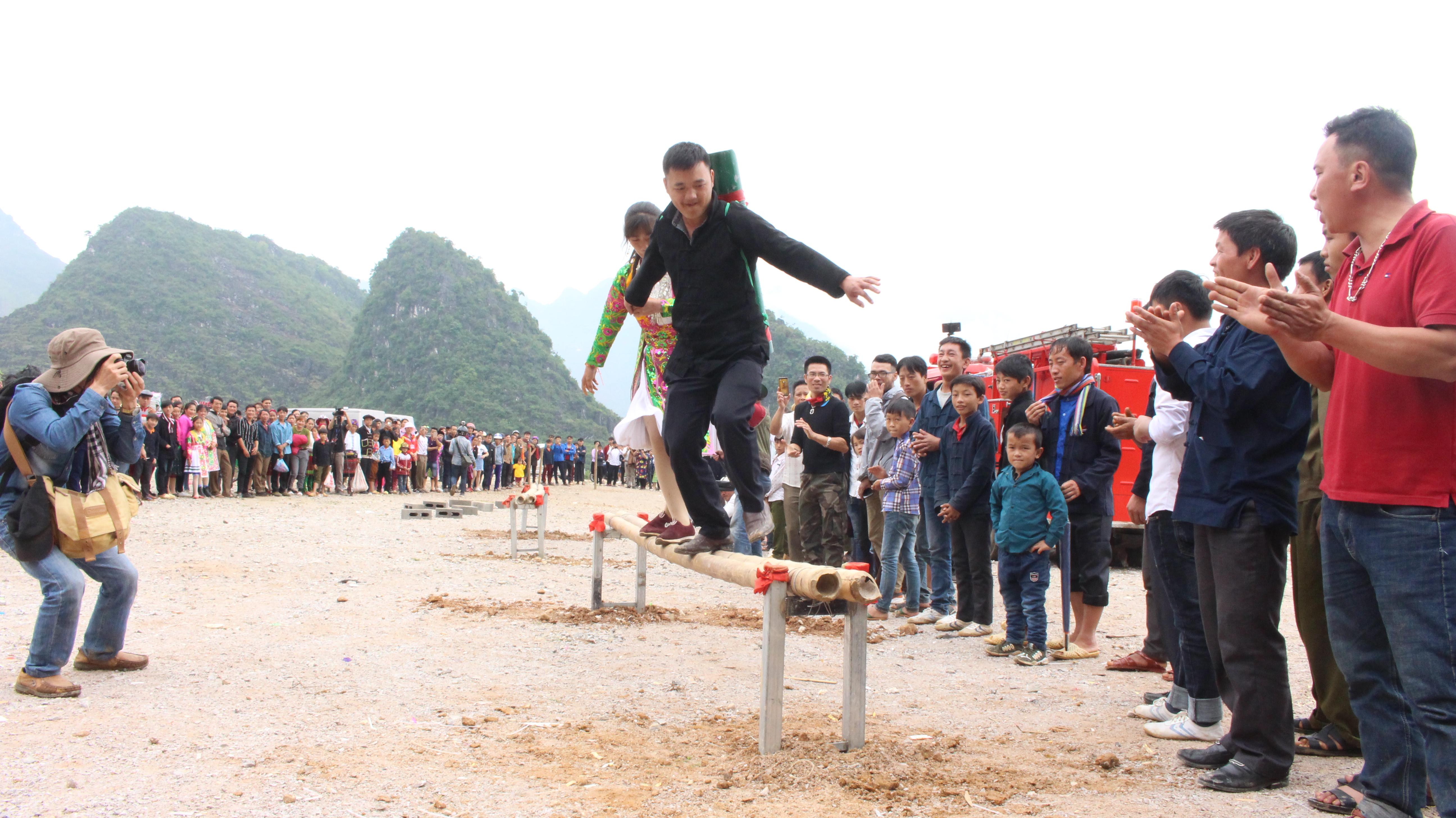 """Phần thi """"Địu nước"""" tại Lễ hội Chợ tình Khâu Vai năm 2019 thu hút được sự quan tâm của đông đảo khán giả"""