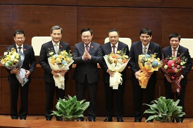 Chủ tịch Quốc hội Vương Đình Huệ tặng hoa chúc mừng Tổng Thư ký Quốc hội, Tổng kiểm toán Nhà nước và Chủ nhiệm một số Ủy ban của Quốc hội