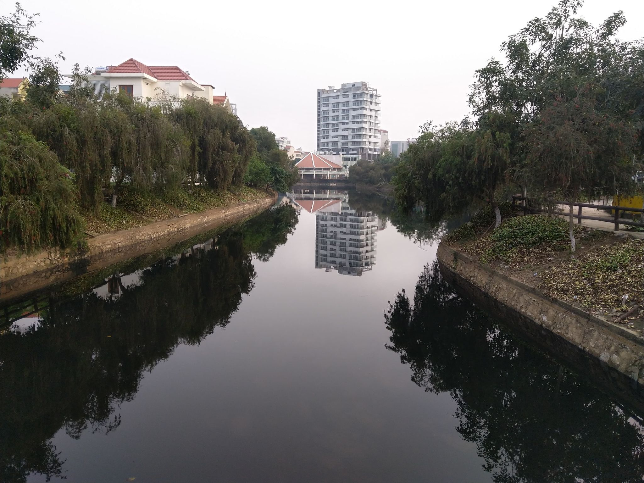 Nước hồ Phú Lộc chuyển sang mầu sẫm bất thường