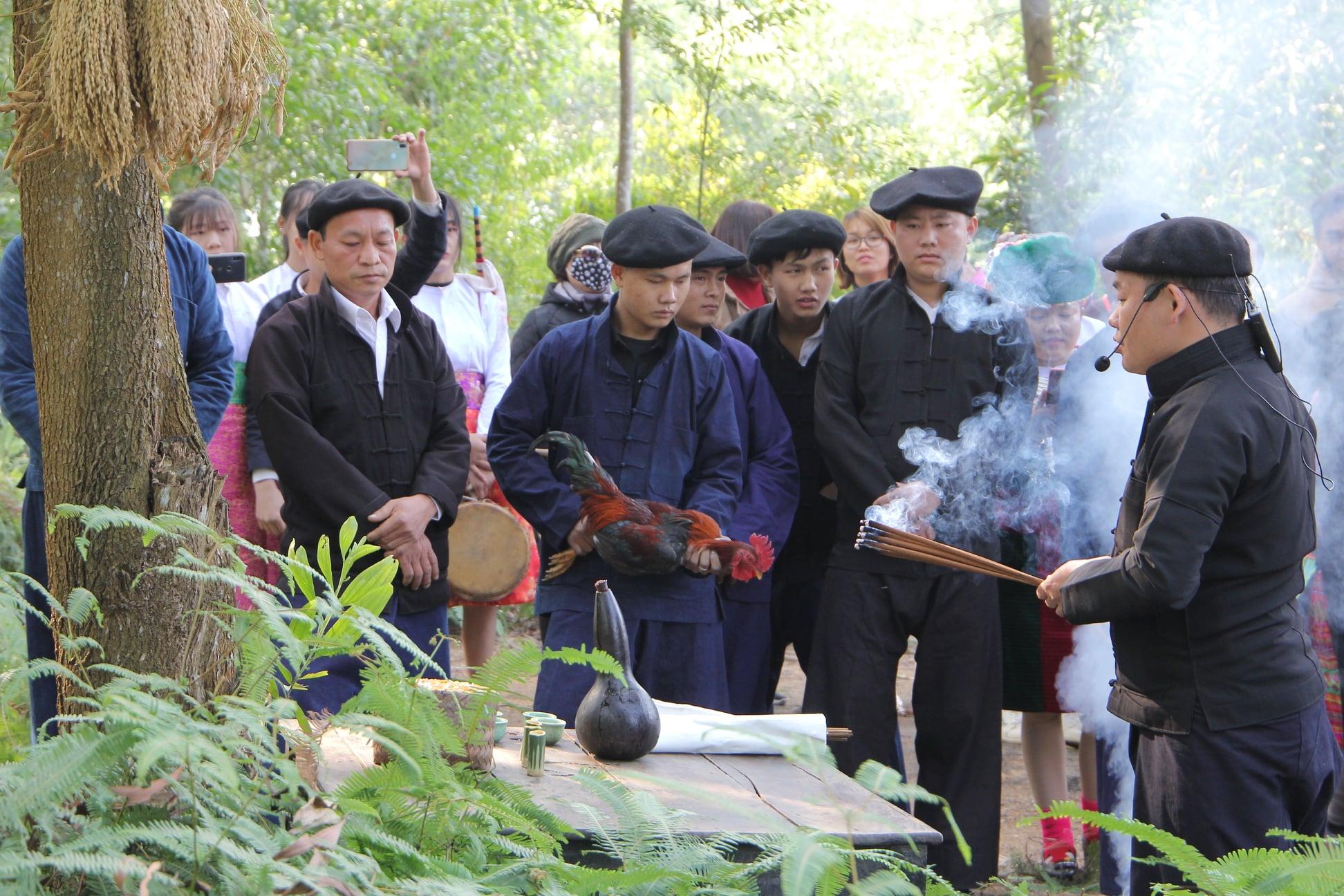 Việc phục dựng lễ hội có ý nghĩa quan trọng trong đời sống của đồng bào các DTTS (Trong ảnh: Nghi lễ cúng thần Rừng đầu nguồn của dân tộc Mông đến từ huyện Vị Xuyên tỉnh Hà Giang được tái hiện)
