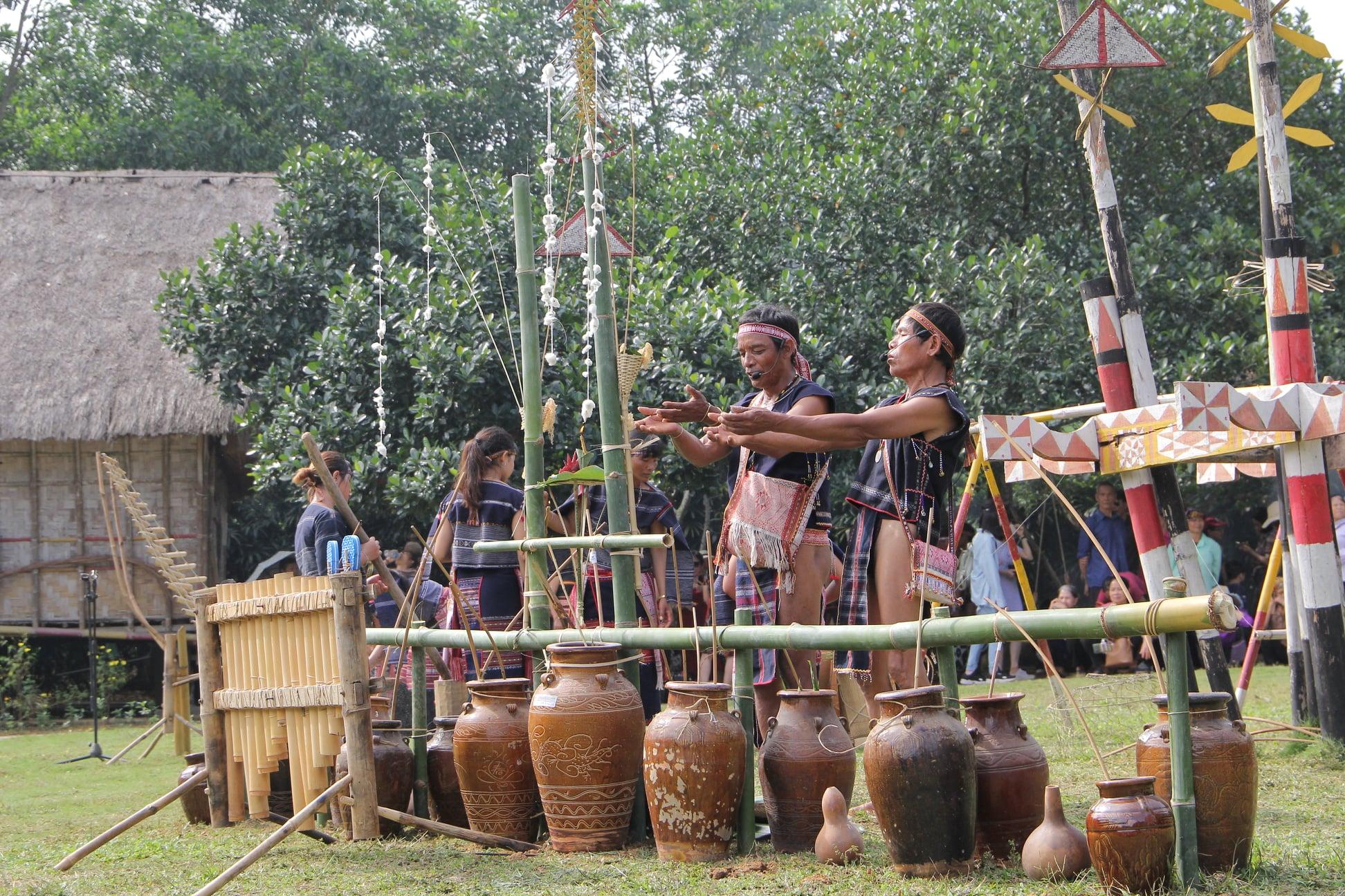 Nguồn kinh phí quyết định đến quy mô, thời gian, số lượng người tham gia…khi phục dựng lễ hội (Trong ảnh: tái hiện nghi thức Mừng lúa mới đồng bào dân tộc Ba Na huyện K'Bang, tỉnh Gia Lai)