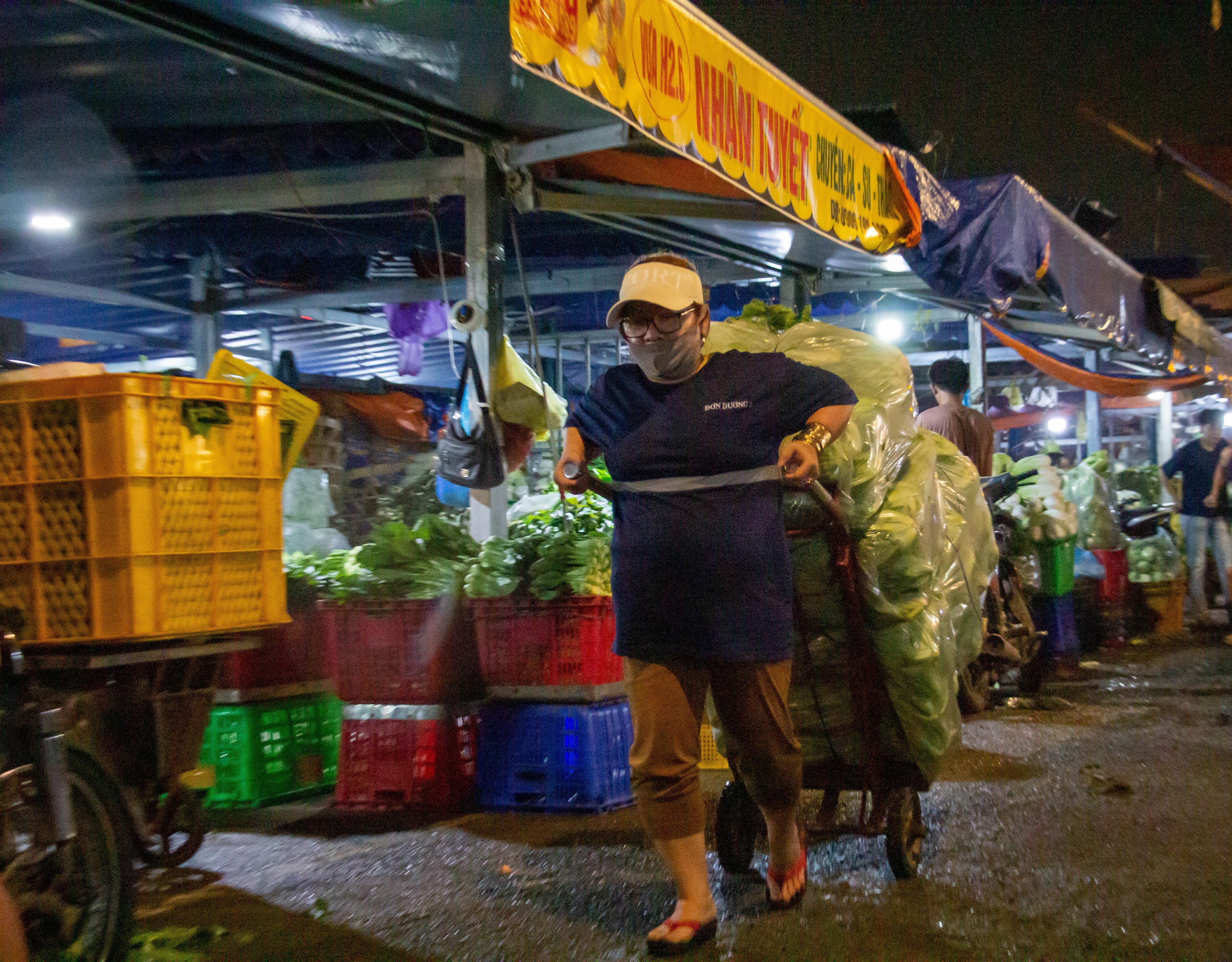 Chị Huỳnh Thị Kim Phượng, một trong nhiều cửu vạn nữ tại chợ đầu mối nông sản lớn nhất TP HCM với công việc hằng đêm của mình.