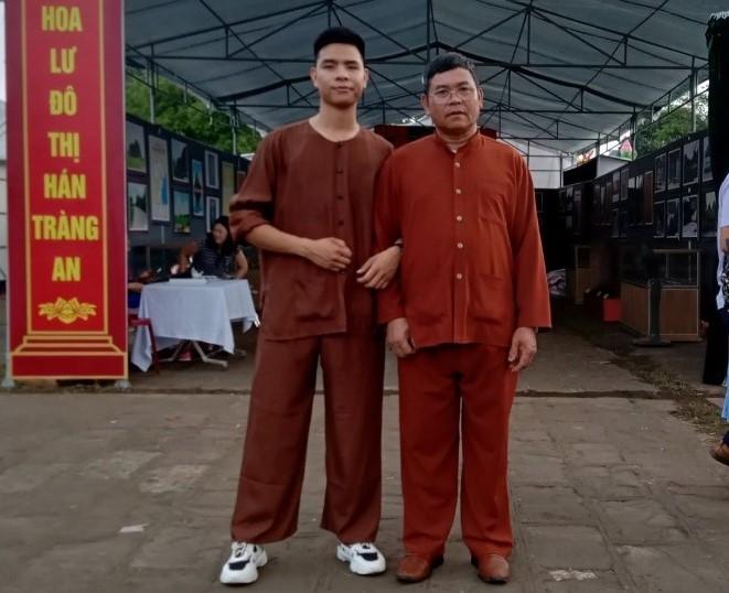 Ông Bùi Hồng Y (bên phải) là một trong những Người có uy tín góp phần quan trọng trong công tác chuẩn bị cho bầu cử tại thôn Đồng Bài