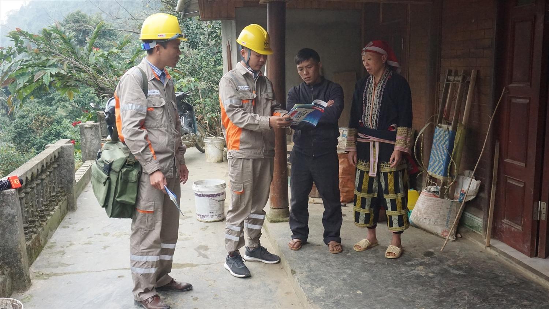 Nhân viên điện lực Lào Cai tuyên truyền, hướng dẫn người dân sử dụng điện tiết kiệm, an toàn