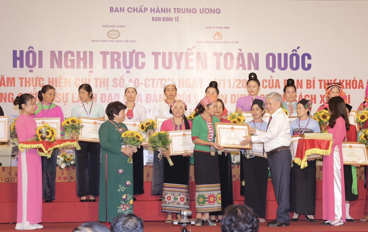 Tháng 7.2020, chị Vi Thị Trung 1 trong 2 Tổ trưởng nhận Bằng khen của Bộ trưởng, Chủ nhiệm Ủy ban Dân tộc vì có thành tích xuất sắc đóng góp vào kết quả 5 năm thực hiện Chỉ thị số 40-CT/TW.
