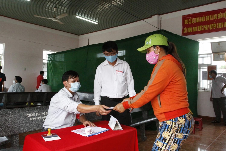 Các cử tri đi bỏ phiếu thực hiện nghiêm các quy định bầu cử