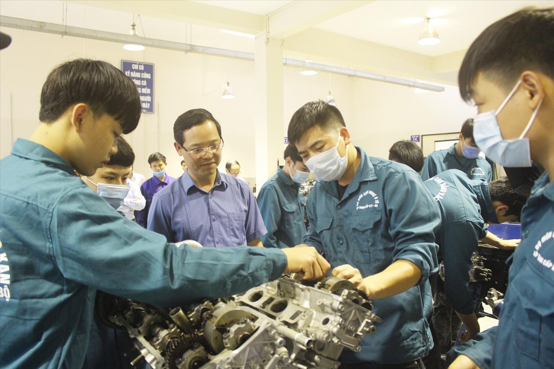Người lao động ở Bắc Kạn được đào tạo nghề trước khi xuất khẩu lao động.