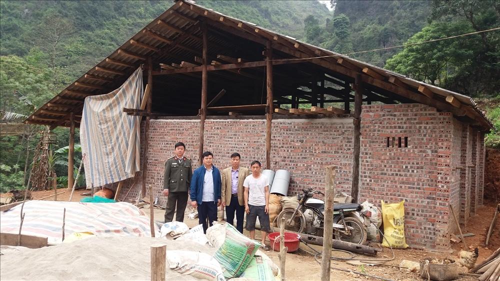 Ông Hà Văn Vui (Phó Trưởng Ban Dân tộc tỉnh Cao Bằng, thứ hai từ phải qua) kiểm tra việc làm nhà cho hộ nghèo trên địa bàn huyện Hà Quảng (T3/2021)