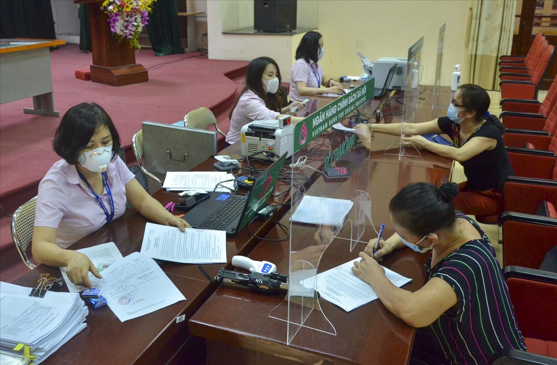 Chi nhánh NHCSXH T.P Hà Nội thực hiện nghiêm các quy định về phòng chống dịch trong hoạt động giao dịch hàng ngày với Nhân dân